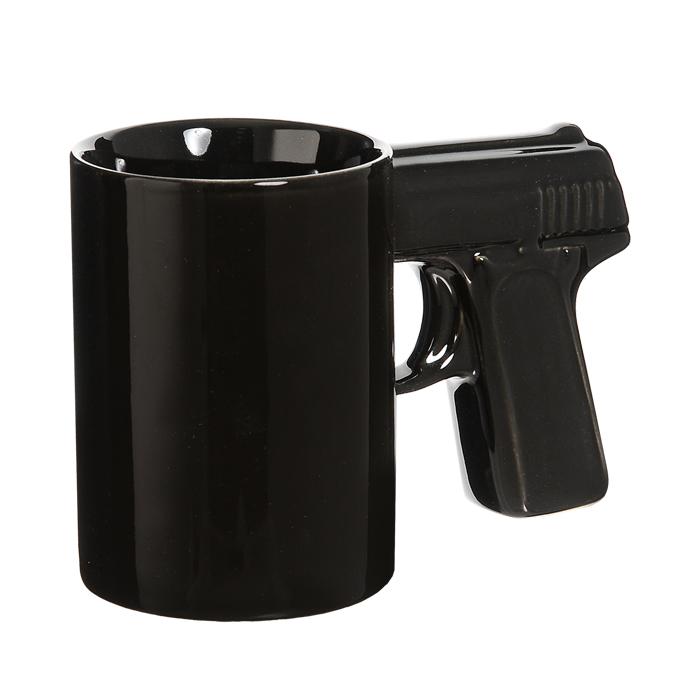 Кружка керамическая Пистолет, цвет: черный, 350 мл92946Керамическая кружка Пистолет - незаменимый аксессуар на вашей кухне. Кружка черного цвета имеет оригинальную ручку, выполненную в форме рукоятки пистолета. Такая кружка станет не только приятным, но и практичным подарком для каждого. Характеристики: Материал: керамика. Высота кружки: 10,5 см. Диаметр по верхнему краю: 7,5 см. Объем: 350 мл. Размер упаковки: 16 см х 11 см х 8 см. Артикул: 92946.