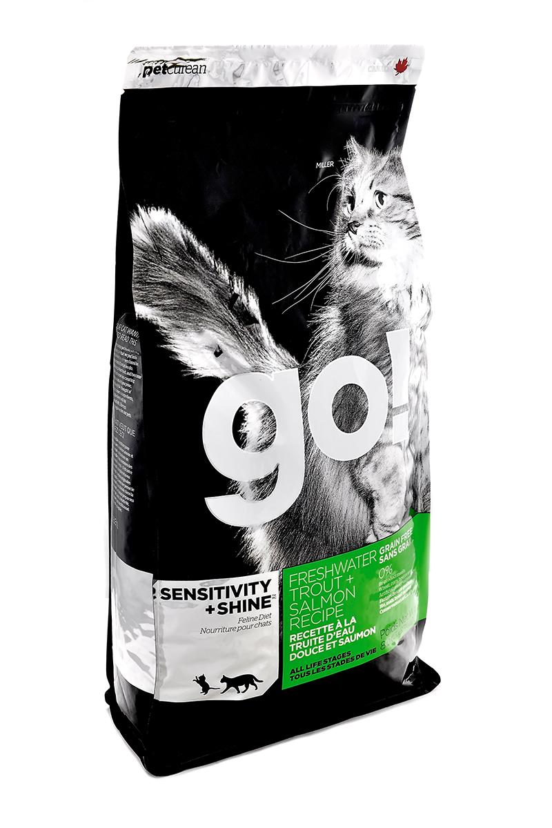 Корм сухой Go! для кошек и котят с чувствительным пищеварением, беззерновой, с форелью и лососем, 1,81 кг20035Беззерновой сухой корм Go! для котят и кошек - это полностью сбалансированный корм из свежего мяса канадской пресноводной форели, лосося, сельди, приправленный картофелем, тыквой, шпинатом. Идеально подходит кошкам с чувствительным пищеварением, склонным к аллергиям и кошкам с длинной роскошной шерстью. Ключевые преимущества: - Форель, лосось, омега-масла в составе необходимы для здоровой кожи и блестящей шерсти, - Восхитительный вкус, приятный аромат, - Мелкие крокеты будут по вкусу самым привередливым кошкам, - Не содержит субпродуктов, красителей, говядины, мясных ингредиентов, выращенных на гормонах, - Таурин необходим для здоровья глаз и нормального функционирования сердечной мышцы, - Пробиотики и пребиотики обеспечивают здоровое пищеварение, - Омега-масла в составе необходимы для здоровой кожи и шерсти, - Антиоксиданты укрепляют иммунную систему. Состав: филе форели, свежее мясо лосося, свежее мясо сельди, натуральный рыбный ароматизатор, картофель, куриный жир (источник витамина Е), горошек, картофельная мука, масло лосося, тыква, морковь, бананы, черника, клюква, чечевица, брокколи, шпинат, творог, люцерна, ежевика, папайя, ананас, фосфорная кислота, хлорид натрия, хлорид калия, DL-метионин, таурин, холин хлорид, Lactobacillus, Enterococcusfaecium, Aspergillus, сухой корень цикория, L- лизин, витамины (витамин А, витамин D3, витамин Е, никотиновая кислота, инозит, L-аскорбил-2-полифосфатов (источник витамина С), тиамина мононитрат, D-пантотенат кальция, рибофлавин, ... Рекомендуем!