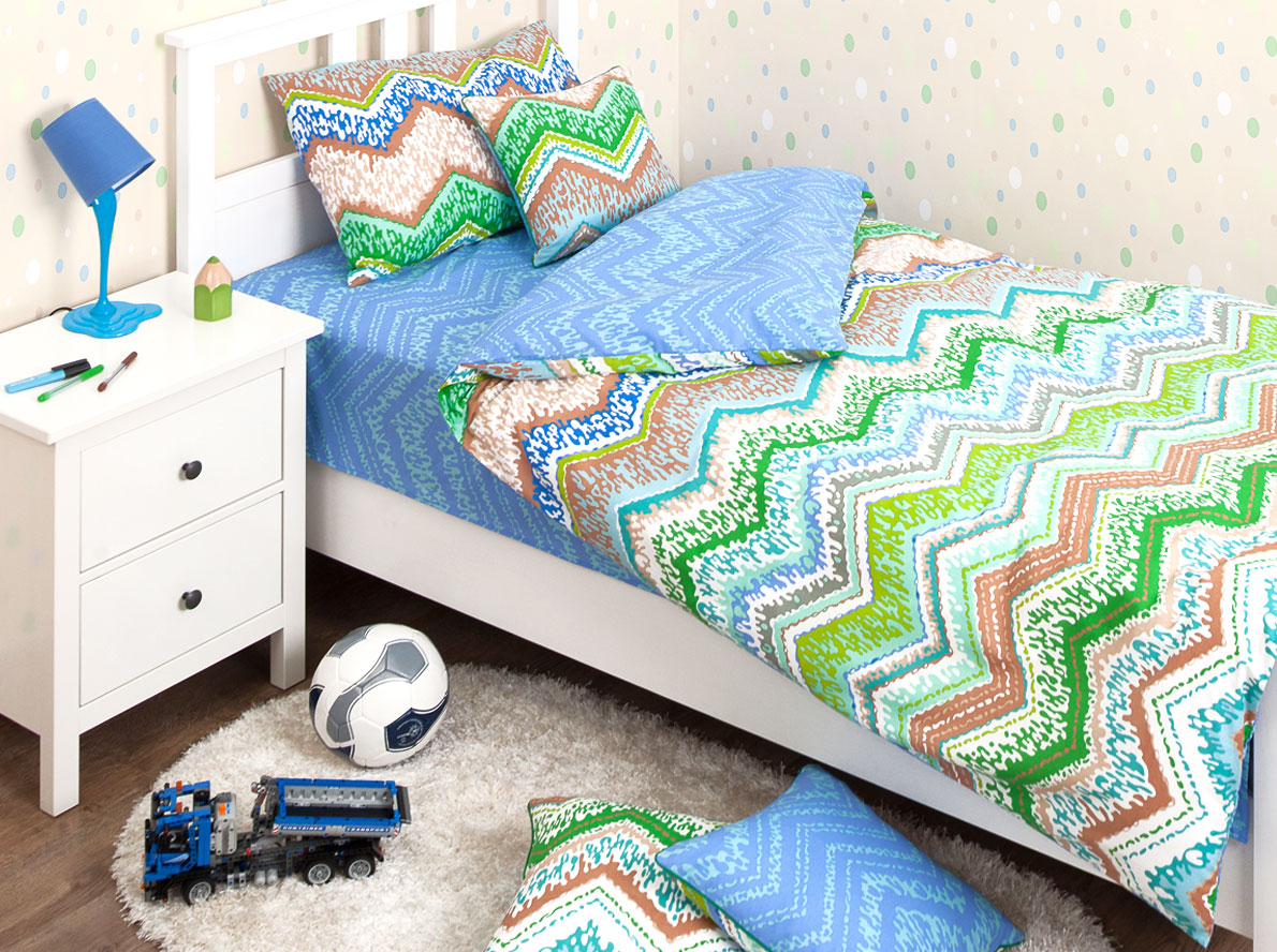 Хлопковый Край Комплект детского постельного белья Zigzag Green 1,5-спальный пододеяльник 205 см х 140 см10р-MR-дКомплект детского постельного белья Хлопковый Край Zigzag Green, состоящий из наволочки, простыни и пододеяльника, выполнен из ранфорса. Комплект постельного белья украшен орнаментом в виде цветных зигзагов. Ранфорс - очень плотная ткань, получаемая в результате полотняного переплетения кручёных нитей хлопка. Несмотря на повышенную плотность, этот материал отличается необыкновенной мягкостью и шелковистой фактурой. Высокая плотность материала обеспечивает его долговечность и способность выдерживать многочисленные стирки на протяжении многих лет. Бельё при этом продолжает оставаться всё таким же ярким и привлекательным, поскольку ранфорс не линяет, не скатывается и не садится. Такой комплект идеально подойдет для кроватки вашего малыша. На нем ребенок будет спать здоровым и крепким сном. Рекомендуем!