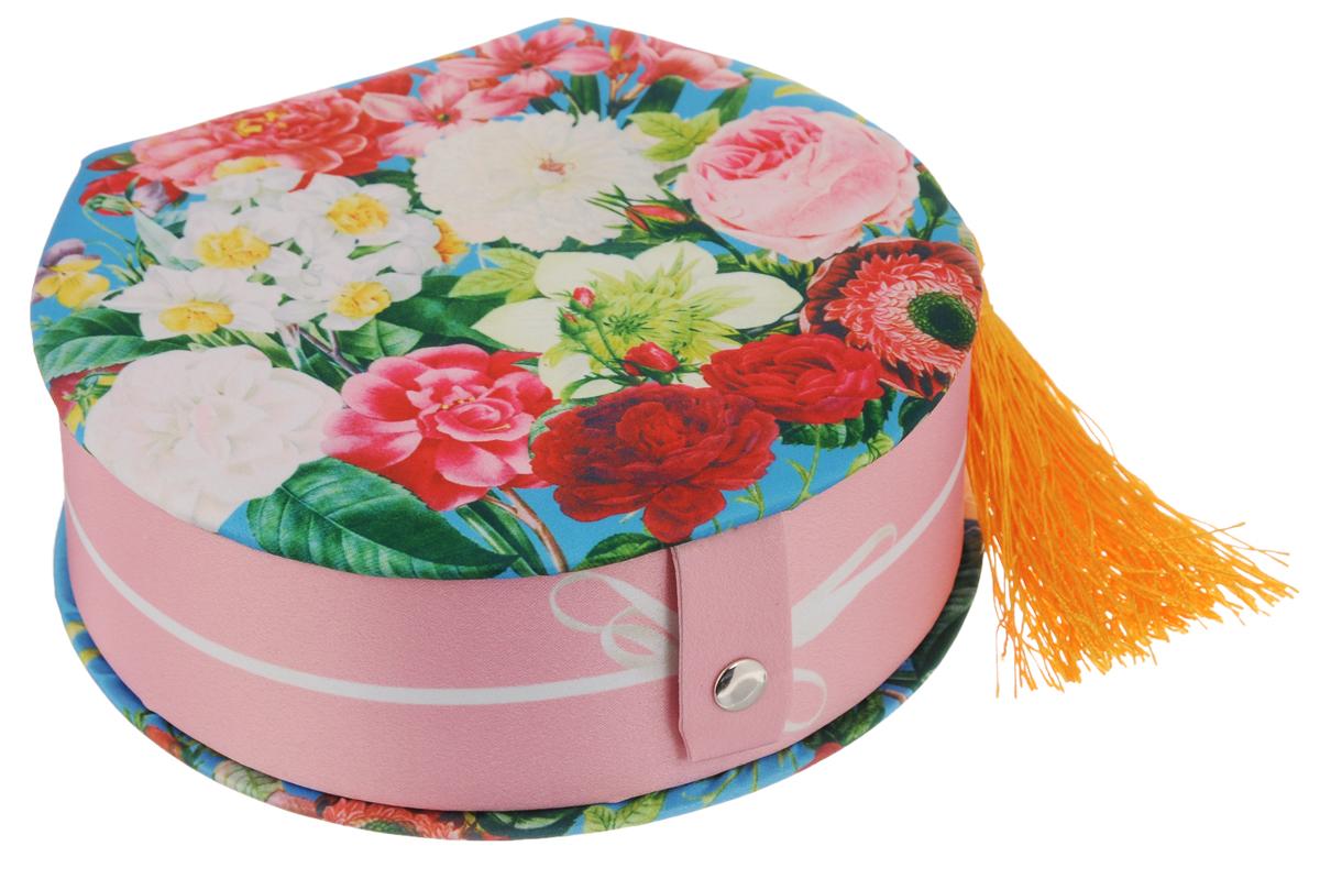 Шкатулка декоративная Феникс-Презент Прекрасные цветы, 16,5 х 15,5 х 6 см40946Декоративная шкатулка Феникс-Презент Прекрасные цветы, выполненная из прочного картона с покрытием из полиэстера, не оставит равнодушным ни одного любителя красивых вещей. Она оснащена одним отделением. На внутренней стороне крышки имеется кармашек. Изделие декорировано полиэстером с оригинальным рисунком и кисточкой. Шкатулка закрывается на кнопку. Такая шкатулка может использоваться для хранения бижутерии, в качестве украшения интерьера, а также послужит хорошим подарком для человека, ценящего практичные и оригинальные вещи.