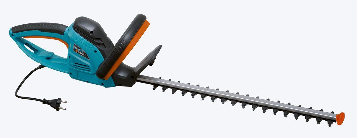 Кусторез Gardena EasyCut 450/50, электрический, длина 50 см09831-20.000.00Кусторез Gardena EasyCut - легкие электрические ножницы, которые прекрасно подходят для удобной стрижки небольших изгородей. Благодаря рукоятке эргономичной формы ножницы удобно лежат в руке. Большая кнопка запуска позволяет легко и безопасно включить инструмент в любой ситуации. Оптимизированная геометрия лезвий гарантирует эффективную, быструю и чистую обрезку. Кроме того, она обеспечивает плавность работы при низком уровне вибрации и дает возможность прилагать меньше усилий. Электрические ножницы для живой изгороди оснащены мощным высокопроизводительным двигателем для энергичной и продолжительной обрезки в один прием - без застреваний и остановок. Gardena заботится о Вашей безопасности. Щиток на конце лезвия оберегает пользователя от отдачи при обрезке близко к поверхности земли и защищает лезвие от повреждений. Механизм разгрузки натяжения кабеля предотвращает случайное отсоединение удлинителя. Длина ножей: 50 cм.