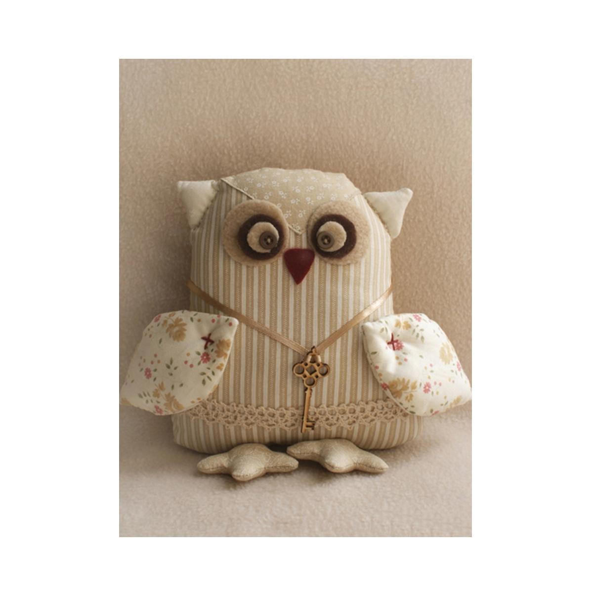 Набор для изготовления игрушки Ваниль OwlS Story, 21 см. OW002692631Набор для изготовления игрушки Ваниль OwlS Story. Процесс создания такой игрушки увлечет любою рукодельницу, как опытную, так и начинающую и позволит создать настоящий шедевр. Игрушки, сделанные своими руками, - это не просто предметы декора или подарок. Такие изделия хранят тепло рук мастера и частичку его души. В состав набора входят: - 100% хлопок, - фетр, - флис, - кружево, - пуговицы, - нитки, - атласная лента, - декоративный элемент ключ, - деревянная палочка, - выкройка, - инструкция. Высота готовой игрушки: 21 см.