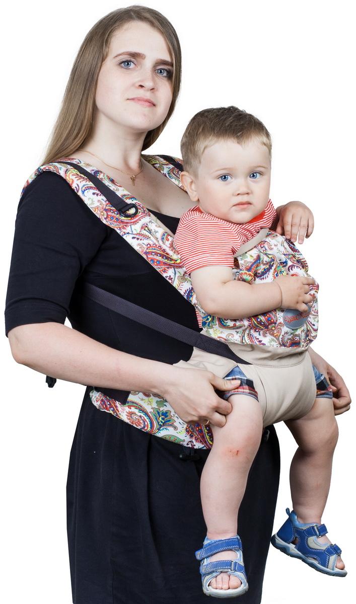Чудо-Чадо Слинг-рюкзак Бебимобиль Стиль цвет бежевый пейслиРБМ02-003Инновационное решение Конструктивная особенность слинго-рюкзака Бебимобиль Стиль - возможность носить ребенка лицом от себя. При этом не ограничивается любознательность ребенка и не провоцируется одностороннее развитие мышц. Ребенок находится на уровне глаз мамы и видит ее реакцию на происходящее вокруг, что позволяет ему чувствовать себя защищенным. Оригинальная расцветка Сочетание однотонной и принтованной ткани в цвет выглядит очень гармонично! Огурцы и цветы – это уже становится классикой. Бордовый, бежевый и синий – каждый выберет себе по вкусу! Комфорт+простота Эргономичный слинго-рюкзак Бебимобиль Стиль от Чудо-Чадо сочетает в себе комфорт для мамы и ребенка, простоту в использовании и модный дизайн. Плотный, но нежный на ощупь, он обеспечивает физиологичную позу ребенку с разведенными ножками. Вес ребенка при этом распределяется равномерно минимизируя нагрузку на нижние отделы позвоночника и тазобедренные суставы. Удивительное сиденье Мы сконструировали раздвижное сиденье. Когда ребенок сидит лицом к миру боковые части сиденья не используются. Кстати сиденье абсолютно мягкое и не будет давить даже не пухлые ножки. Правильный пояс Пояс анатомической формы защитит спину родителей от нагрузки за счет перераспределения веса с плеч на бедра. Надолго Идеален для переноски детей в возрасте от 4-х месяцев до 3-4 лет. В Бебимобиле Стиль также есть вариант ношения за спиной. Его обязательно оценят родители уже подросших малышей. Ведь за спиной их носить гораздо легче, чем...