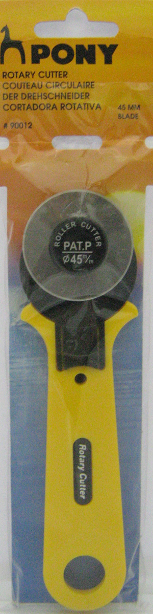 Дисковый нож для кроя Pony, диаметр 45 мм90012Дисковый нож для кроя Pony предназначен для квилтеров и энтузиастов рукоделия. Острозаточенный диск (диаметром 45 мм) легко разрезает несколько слоев ткани, фетра, кожи, бумаги. Нож режет в любом направлении, а при необходимости защитная защелка обеспечивает безопасность работы. Длина ножа: 21 см.