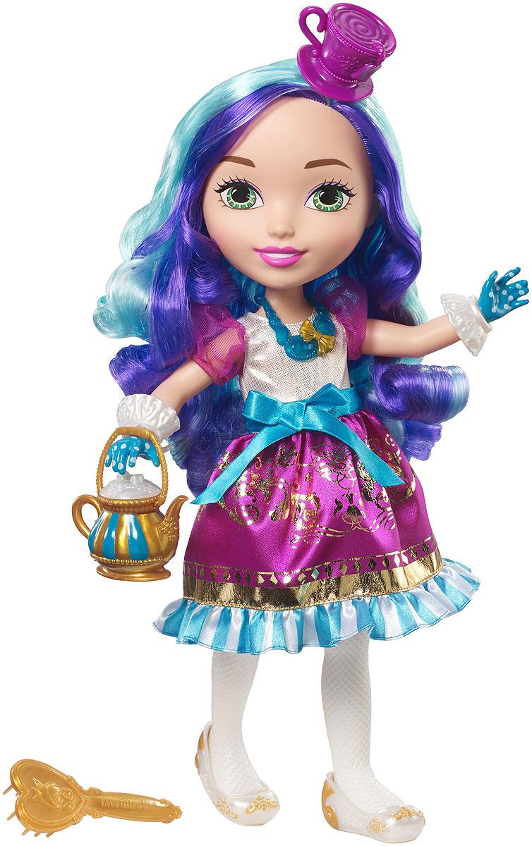 Ever After High Кукла Подружка-принцесса Мэдлин ХэттерDVJ22_DVJ24Кукла Ever After High Подружка-принцесса: Мэдлин Хэттер - это превосходный подарок для любой маленькой поклонницы знаменитого мультсериала Школа Долго и Счастливо. Большая куколка с добрыми глазками непременно понравится малышке. Кукла одета в свой фирменный наряд - длинное платье с пышной юбкой, украшенной оборками и блестящими золотистыми узорами. Наряд дополняет бирюзовое ожерелье, а ножки обуты в изящные белоснежные балетки. Голову украшает шляпка в виде чайной чашки на ободке. Длинные фиолетово-бирюзовые волосы куколки можно заплетать и расчесывать. В комплект также входят оригинальные аксессуары для куколки - золотистый чайник с длинной ручкой и расческа. Голова куклы, руки в плечах и ноги в бедрах подвижны. Милая куколка приведет в восторг любую девочку, а стильный образ и очаровательные аксессуары помогут девочке развить чувство вкуса и научат ее внимательности и заботе.