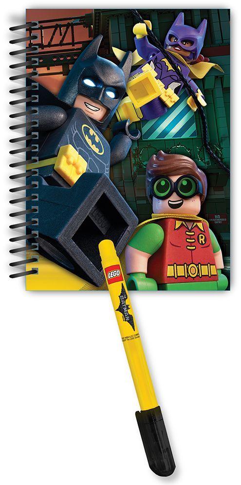 LEGO Batman Movie Набор Блокнот на спирали 100 листов в линейку и гелевая ручка51887Набор Lego Batman Movie будет замечательным подарком для каждого мальчика!Блокнот на спирали всегда будет под рукой и не позволит потеряться ни одной идее в потоке событий. Обложка выполнена из плотного картона и оформлена изображением супергероев. Внутренний блок состоит из 100 листов бумаги в линейку.В комплект входит гелевая ручка с черными чернилами.