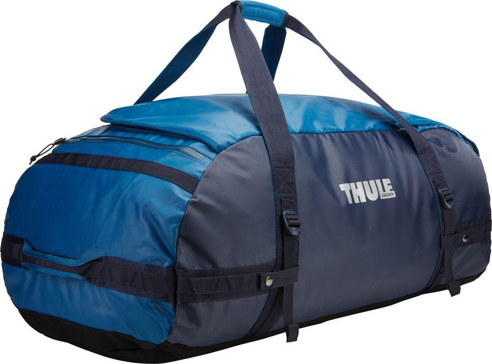 Спортивная сумка-баул Thule Chasm, цвет: синий, 130 л. Размер XL221402Спортивная сумка-баул Thule Chasm - эти жесткие, устойчивые к неблагоприятным погодным условиям сумки с широко раскрывающимся основным отделением и съемными ремнями - ваши надежные спутники в любой поездке. Особенности: Увеличенный угол открывания облегчает доступ к содержимому. Возможны два способа переноски: в качестве рюкзака и спортивной сумки (все неиспользуемые ремни можно убрать). Прочная водонепроницаемая брезентовая ткань защищает вещи, а также легко складывается для компактного хранения. Внутренние сетчатые карманы помогают сортировать и хранить вещи. Внешние стягивающие ремни удерживают вещи так, чтобы они не падали на дно сумки, когда сумка становится рюкзаком. Мягкое дно защитит вещи при контакте с землей. Запирающийся боковой карман на молнии позволяет надежно хранить небольшие предметы под рукой (замок продается отдельно). Быстрый доступ к небольшим предметам через внешний потайной карман.