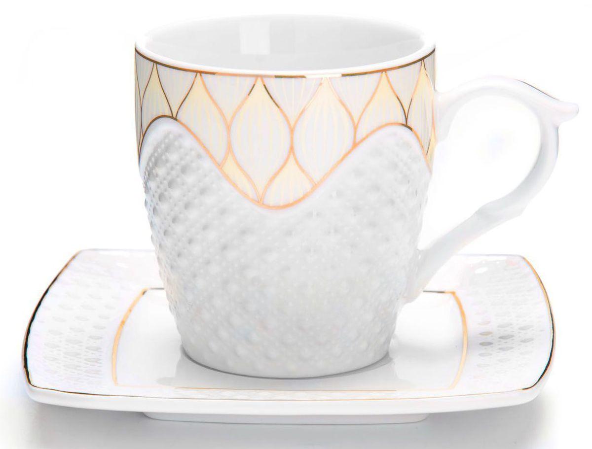 Чайный сервиз Loraine, 12 предметов, 220 мл. 2683226832Чайный набор Loraine на 6 персон, изготовленный из высококачественной керамики изысканного белого цвета, состоит из 6 чашек и 6 блюдец. Изделия набора украшены тонкой золотой каймой и имеют красивый и нежный дизайн. Набор придется по вкусу и ценителям классики, и тем, кто предпочитает утонченность и изысканность. Он настроит на позитивный лад и подарит хорошее настроение с самого утра. Набор упакован в подарочную упаковку. Такой чайный набор станет прекрасным украшением стола, а процесс чаепития превратится в одно удовольствие! Это замечательный выбор для подарка родным и друзьям! Объем чашки: 200 мл. Рекомендуем!