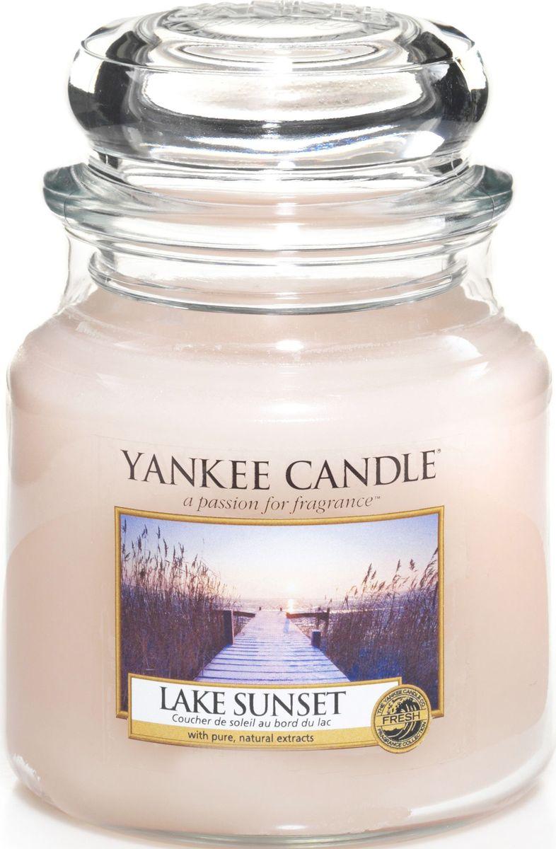 Ароматическая свеча Yankee Candle Закат на озере / Lake Sunset, 65-90 ч1270618EАроматическая свеча Yankee Candle не только окутает вас волшебным ароматом, но еще и прекрасно впишется в интерьер. Использовать изделие можно как в доме, так и на веранде или в саду. Свеча в стеклянной банке с крышкой выполнена из высокоочищенного парафина с добавлением натуральных эфирных масел. Стекло делает горение свечи безопасным. Описание ароматической композиции: потрясающе свежий и одновременно сладковатый и романтичный аромат, напоминающий лучи солнца перед закатом и отражающий свежесть воды. Верхние ноты: Ананас, Манго, Франжипани (Плюмерия), Груша, Апельсин. Средние ноты: Озон, Ландыш, Фрезия. Базовые ноты: Мускус; Древесные, Восточные, Ванильные, Сливочные ноты; Пачули.