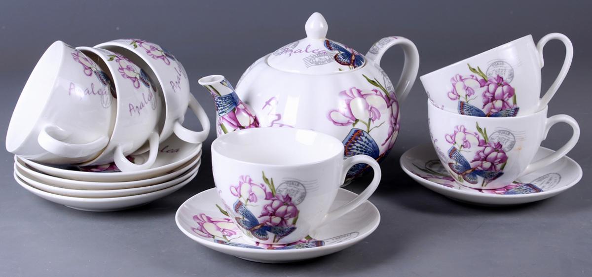 Набор чайный Olaff New Bone China. Цветы, 13 предметов. SC-ZB6SW-0231011_голубойНабор чайный Olaff New Bone China. Цветы состоит из 6 чашек, 6 блюдец и чайника. Набор изготовлен из высококачественного фарфора и оформлен стильным рисунком. Такой набор подходит для подачи чая. Изящный дизайн придется по вкусу и ценителям классики, и тем, кто предпочитает утонченность и изысканность. Он настроит на позитивный лад и подарит хорошее настроение с самого утра. Чайный набор Olaff - идеальный и необходимый подарок для вашего дома и для ваших друзей в праздники.
