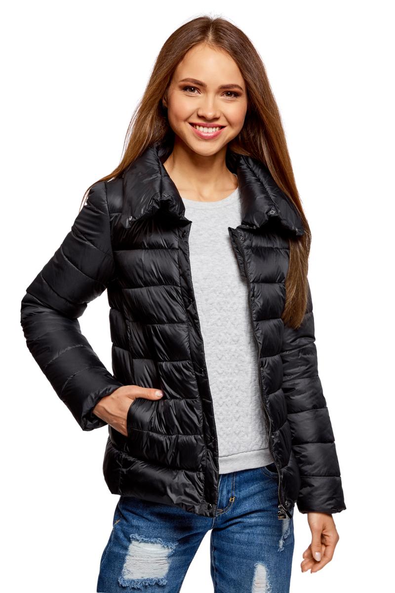 Куртка женская oodji Ultra, цвет: черный. 10203054/45638/2900N. Размер 36 (42-170)10203054/45638/2900NСтеганая полуприталенная куртка от oodji с высоким воротом. Надежно застегивается на металлические кнопки. Утепленная куртка сшита из непромокаемой ткани и будет незаменима в дождливую и ветреную погоду. Высокий воротник прекрасно защищает от ветра и не стесняет движений. Простота кроя делает эту куртку универсальной. Она подойдет для любого возраста, комплекции и роста. Утепленная куртка займет достойное место в вашем гардеробе и прекрасно дополнит ваши образы в стиле Casual. В сочетании с этой курткой одинаково хорошо смотрятся высокие сапоги на каблуке, ботфорты или ботинки. К ней идеально подойдут и классические брюки, и джинсы, и юбка. Шапка или берет отлично завершат ваш образ. В этой куртке вы, несомненно, почувствуете себя легко и непринужденно.