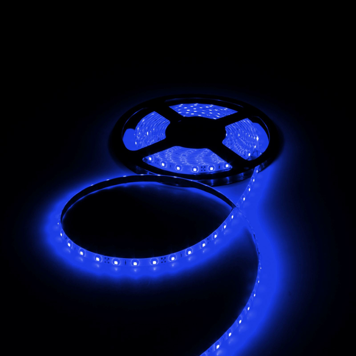 Светодиодная лента Luazon, 12В, SMD3528, длина 5 м, IP65, 60 LED ламп, 4.8 Вт/м, 6-7 Лм/1 LED, DC, цвет: синий светодиодная лента luazon 12в smd3528 длина 5 м ip68 60 led ламп 4 8 вт м 6 7 лм 1 led dc цвет фиолетовый