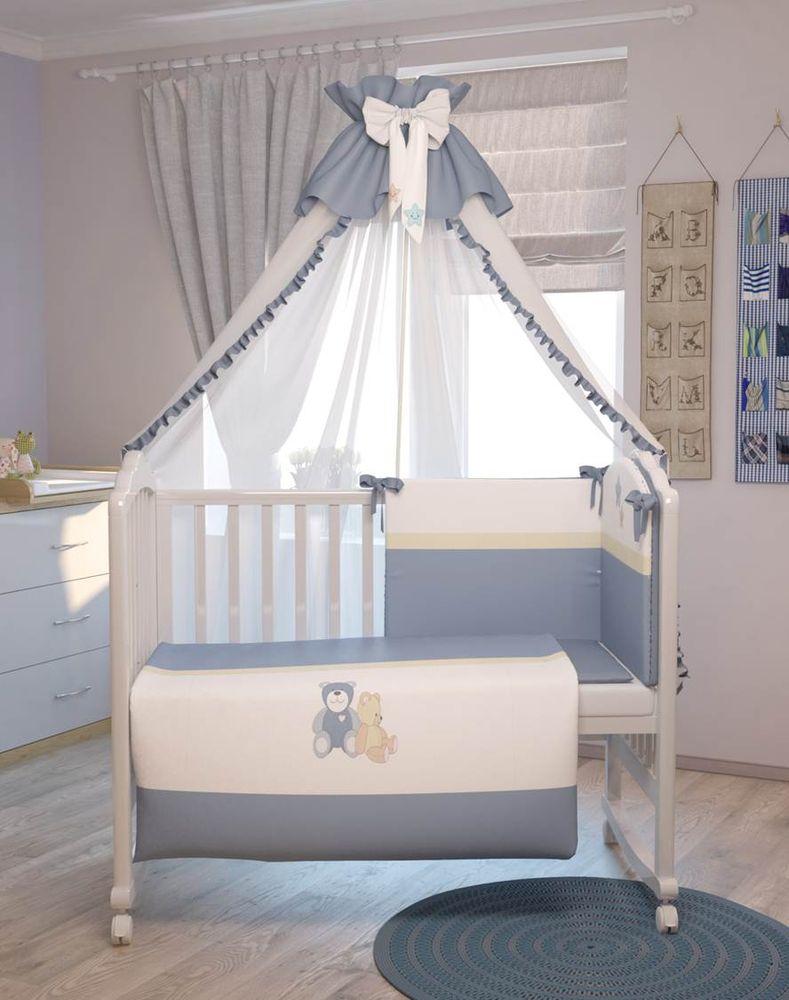 Polini Комплект белья для новорожденных Плюшевые мишки цвет голубой 7 предметов0001200-1Комплект создаст уют в детской кроватке и согреет в прохладные дни. Борт защитит малыша от сквозняков, пыли и солнца. Чехлы бортика снимаются, что очень удобно при стирке. Изготовлен из натуральных, гипоаллергенных материалов. Оригинальная вышивка комплекта придаст неповторимый стиль в детской. Входит в состав коллекции мебели и аксессуаров для детской комнаты Polini Плюшевые мишки. Состав комплекта: - штора балдахина (300 см), - борт со съемными чехлами (37х180 см), - подушка (40х60 см), - наволочка (40х60 см), - простыня на резинке на матрац (120х60 см), - пододеяльник (110х140 см), - одеяло (110х140 см).