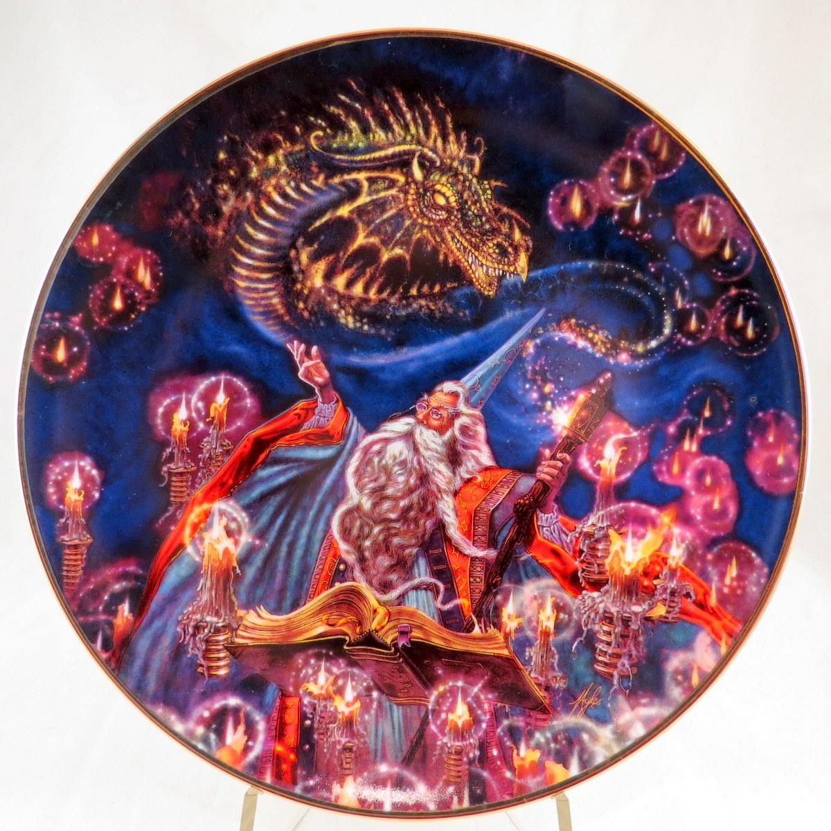 Декоративная коллекционная тарелка Сила магии: Призыв Дракона. Фарфор, деколь, золочение. Великобритания, Royal Doulton, Майлз Пинкни. 1990-е гг. декоративная тарелка ketsuzan kiln гейша с зонтиком декоративная тарелка фарфор деколь япония 1990 год