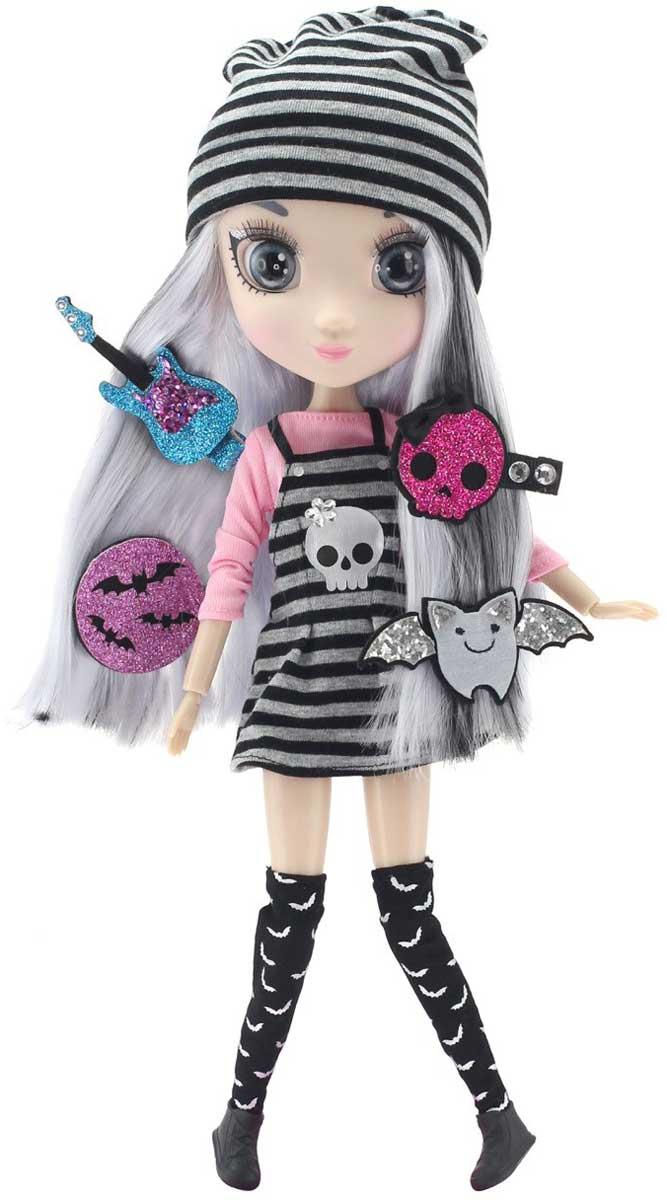 Shibajuku Girls Кукла Йоко цвет волос серыйHUN6620Куколка Йоко поклонница рок-стиля, она играет на электрогитаре и очень много читает. Кукла одета в короткое платьице на лямочках с черно-белой полоской, а на груди нашит череп с кокетливым бантиком, под платьем нежно-розовая водолазка, на голове модная шапочка тоже в полосочку, а на ногах черные гетры с летучими мышами и крутые ботинки на шнурках. В комплекте к игрушке прилагаются стильные заколки и аксессуары, которые смогут дополнить не только образ куклы-модницы, но и девочки, ее хозяйки.