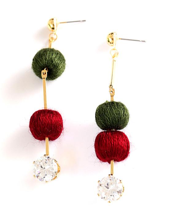 Серьги Bradex Габриэль, цвет: зеленый, бордовый. AS 0317Серьги с подвескамиСерьги Bradex Габриэль - стильный аксессуар, сочетающий в себе золотой блеск, сияние кристаллов и яркий акцент в виде двух текстильных шариков изумрудно-зеленого и насыщенного красного оттенков. Строгие прямые линии эффектно сочетаются с игривым дизайном декоративных элементов. Такие серьги - то, что нужно для эффектного дополнения вашего образа.