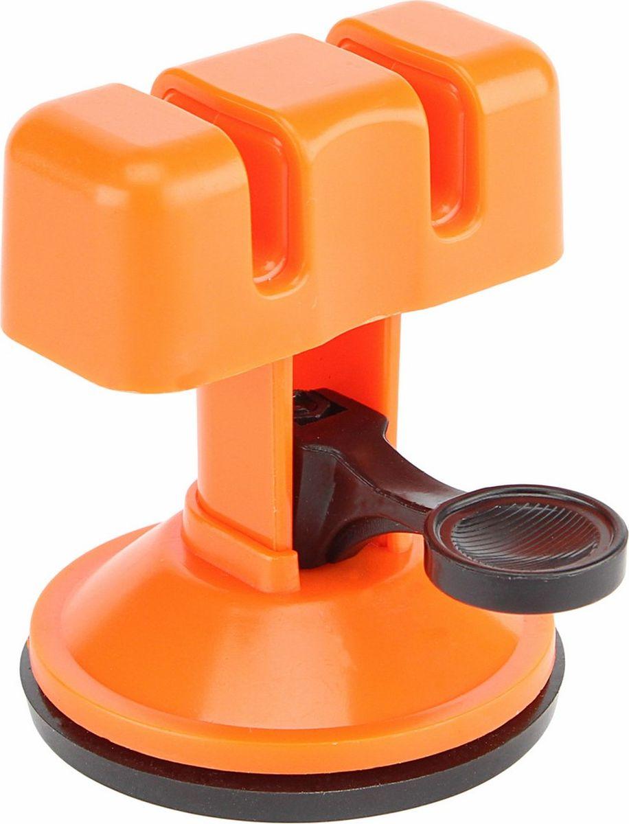 Точилка для ножей Ruges Клинок, на присоске, цвет: оранжевыйK-24Тупой нож может испортить любое проявление кулинарного мастерства. Тупое лезвие не позволит порезать ровно, мелко, быстро, аккуратно никакой продукт. Тупое лезвие мнет хлеб, давит овощи, пилит волокна мяса, лишая продукты красоты и сочности. Точилка для ножей на присоске Клинок - миниатюрное кухонное приспособление для затачивания ножей. Заточка ножей становится проще и безопасной. Точилка удерживает режущую поверхность ножа под нужным углом в процессе точения. Кромка получается острой, без зазубрин и скосов. Точилка для ножей Клинок затачивает всю длину ножа, включая колющее острие. В точилке продумана возможность двух уровней остроты. Острый нож - это прекрасно, но требует предельной осторожности. Точилка Клинок крепится на присоске, что делает ее использование более безопасным и удобным. Точилка Клинок предназначена для металлических ножей с гладкой кромкой без напыления. Имеет два уровня заточки: грубый и тонкий. Крепится на присоски в основании. Инструкция на русском языке.