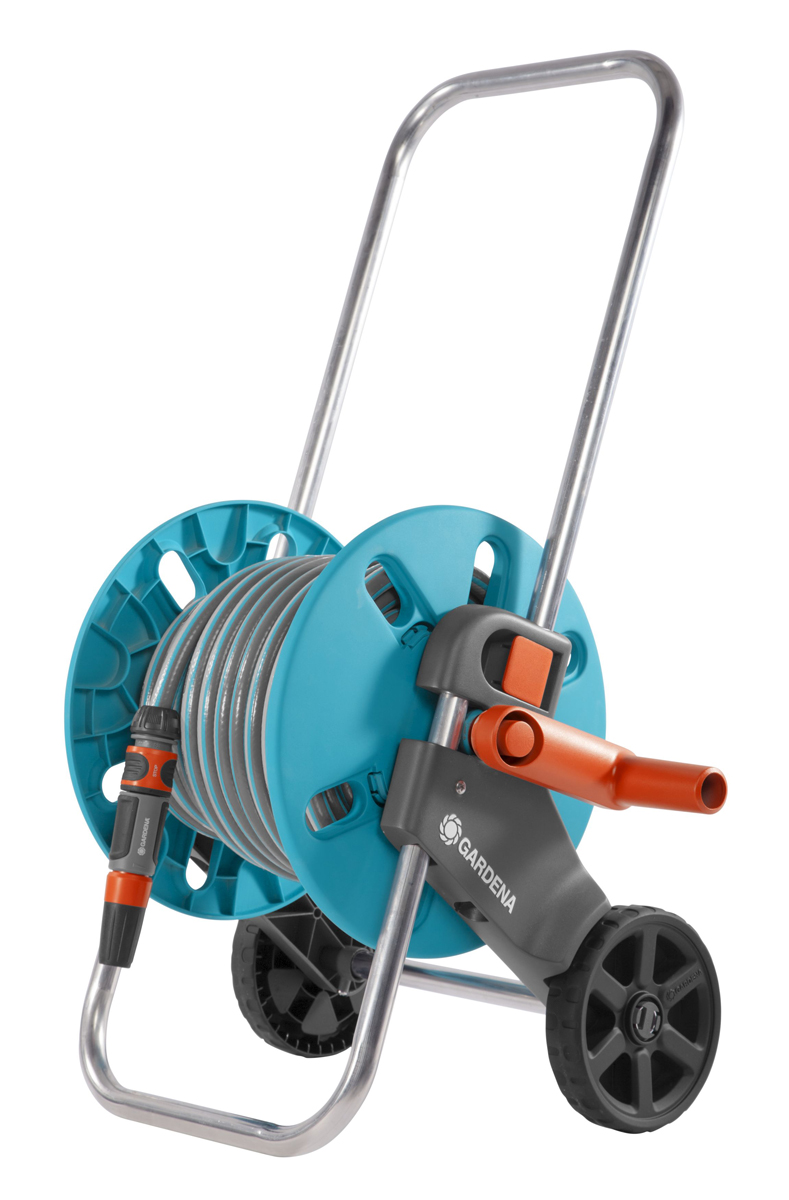 Тележка для шланга Gardena AquaRoll S, со шлангом, с комплектом для полива. 18502-20.000.0018502-20.000.00Тележка для шланга Gardena AquaRoll S рассчитана на шланг длиной не более 40 м диаметром 13 мм (1/2), 30 м диаметром 15 мм (5/8), 25 м диаметром 19 мм (3/4). Автоматически вращающаяся ось предотвращает перекручивание соединительного шланга при его наматывании или разматывании. Подсоединение шланга под углом предотвращает его перекручивание, обеспечивая ровное и плавное наматывание. Рукоятка регулируется по высоте. Защита от протекания и от мороза. В комплекте шланг Classic 20м диаметром 13мм (1/2), фитинги базовой системы полива (штуцер 1, штуцер 1/2, 3 коннектора стандартных 13мм (1/2), коннектор с автостопом 13мм (1/2), наконечник для полива). Сборка без инструментов. Рекомендуем!