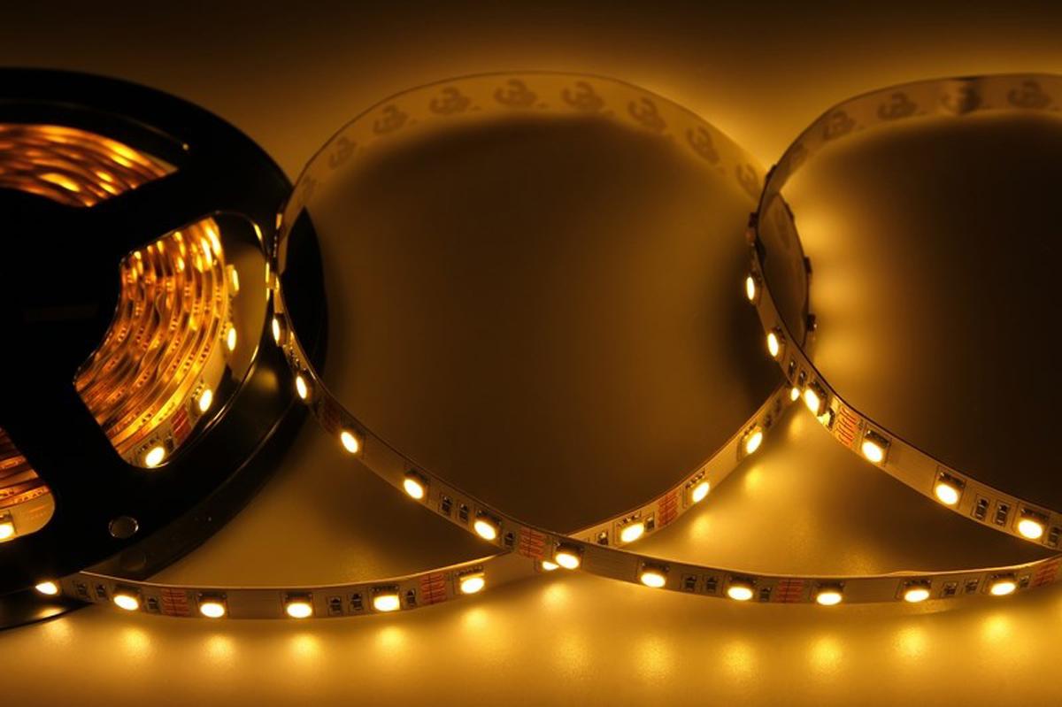 Фото - Светодиодная лента Neon-Night SMD 5050, 10мм, IP23, 60 LED/m, 12V, цвет: тепло-белый led лента открытая 10мм ip23 smd 5050 60 led m 12v зеленая