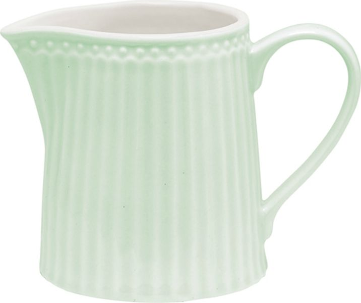 Молочник Greengate Alice, цвет: зеленый, 250 млSTWcreali3906Молочник Alice pale green – стильный кухонный аксессуар, незаменимый для любителей кофе с молоком. Великолепно смотрится как вазочка в тандеме с небольшим букетиком цветов. Базовая коллекция Alice создана для идеального сочетания посуды ранних и будущих коллекций Greengate. Впервые появилась в каталогах в 2016 году и с тех пор завоевала миллионы сердец своей универсальностью, зефирной нежностью и разнообразием посудной линейки. Коллекция Alice в пастельных тонах (pink, blue, green) превосходно сочетается как между собой, так и с классическими цветочными принтами, разбавляет их и облегчает композицию. Солнечный желтый цвет Alice pale yellow в сервировке вносит свежесть и яркость погожего летнего денька. Выполнена из высококачественного фарфора, устойчивого к сколам, допускается использование в посудомоечной машине и микроволновой печи. Коллекция Alice – это беспроигрышный вариант как для знакомства с коллекционной посудой Greengate, так и для принципа «mix and match» (смешивай и сочетай). Объем - 250 мл Страна-производитель – Дания