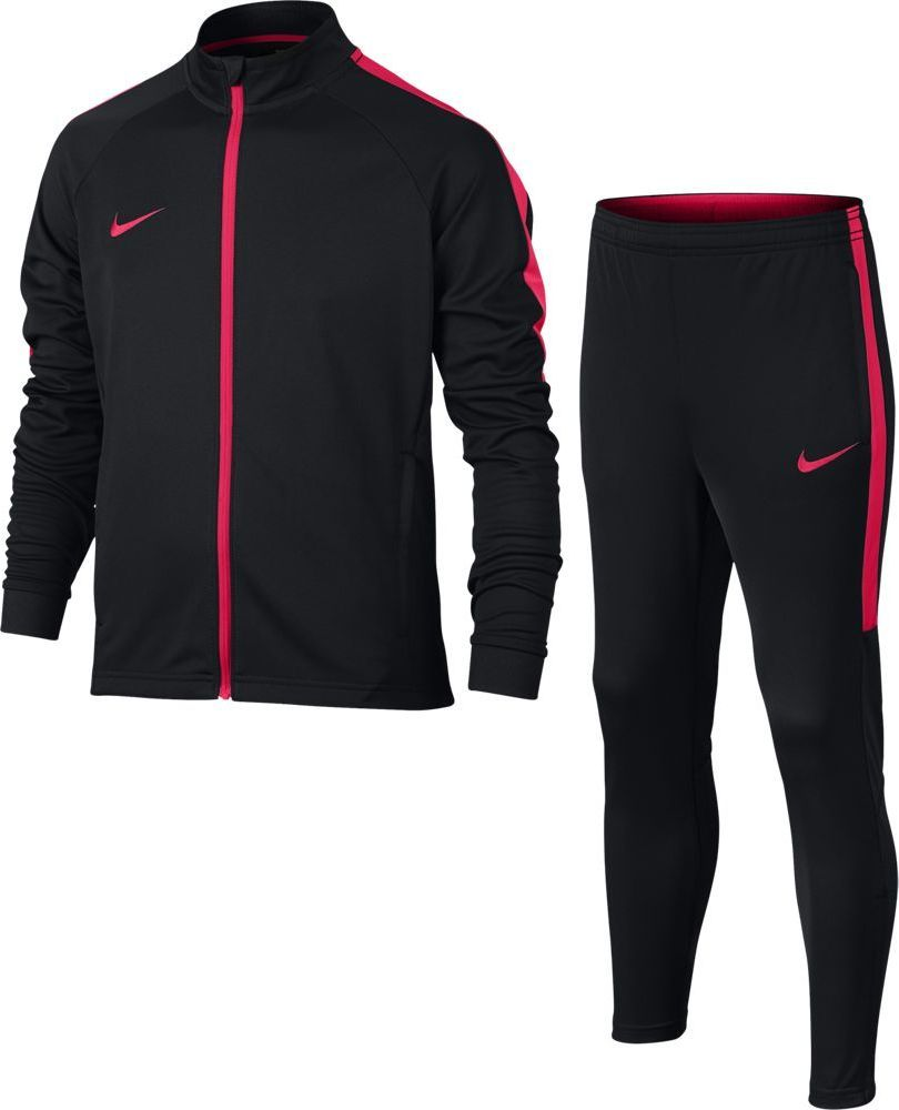 Спортивный костюм для мальчика Nike Dry Academy, цвет: черный, розовый. 844714-019. Размер XS (122/128)844714-019Спортивный костюм Nike Dry изготовлен из полиэстера. Такой костюм идеально подходит для тренировки или разминки перед матчем. Ткань отводит влагу от кожи. Облегающий зауженный крой помогает создать стильный образ. Боковые карманы на молнии подойдут для удобного хранения разных мелочей. Воротник-стойка с подкладкой из сетки защитит от ветра. Пояс брюк со шнуром-кулисой и подкладка из контрастной сетки обеспечивают комфорт и индивидуальную посадку.