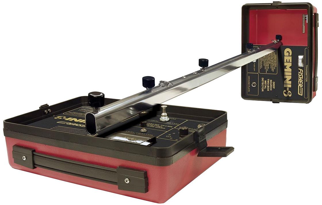 Металлоискатель Fisher Gemini 3GEMINI3Профессиональный глубинный металлоискатель Fisher Gemini-3 – простой в освоении и очень удобный при транспортировке прибор. Приёмник и передатчик (катушки, рамки) в не присоединённом к штанге состоянии соединяются между собой при помощи специальных защёлок и принимают вид небольшого чемоданчика. Штанга состоит из трёх секций и при необходимости складывается весьма компактно. Таким образом, в разобранном виде этот глубинник легко уместится в обычный рюкзак или туристическую сумку. Металлоискатель Gemini-3 смело можно отнести к уникальному прибору от Fisher, который позволяет осуществлять поиск в нескольких режимах, а также находить не только локальные предметы, но и протяженные. Кроме этого он может проводить трассировку и делать работу более эффективной на больших территориях. Стоит отметить, что слишком маленькие объекты из металла детектор просто игнорирует. Основные режимы работы металлоискателя Fisher Gemini-3: - Режим индукционного поиска имеет стандартную конфигурацию. Данная опция используется при поиске локальных объектов, независимо от типа металлов. Прибор будет обнаруживать только крупные предметы, полностью игнорируя мелкие находки. В основном данную функцию используют в быту для обнаружения трубопроводов, кабелей и рудных жил. Индукционный поиск осуществляется двумя операторами, которые расходятся примерно на расстоянии 12 метров. - Для обнаружения протяжных целей, а также определения изгибов и их смещений используется индукционное слежение. Для того, что...