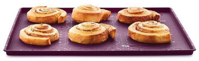 Противень для выпечки TupperwareЛ18Силиконовый противень идеально подходит для приготовления многослойной выпечки.Используя противень, коржи торта получатся одной толщины и равномерно пропеченными как у профессионально кондитера. Разметка – подсказка на противне поможет рассчитать размер коржа, количество печений, длину эклеров.При высоте бортика 1 см в изделии выпекается один ровный слой бисквита. Далее на корж наносится начинка и быстро формируется рулет. По такому же принципу можно готовить рулет из омлета, импровизируя с начинками из шпината, сельдерея, болгарского перца.Изделие может быть использовано для запекания яблок, овощей, курицы, картошки, свинины, рыбы. Бортик препятствует растеканию жидкости.Так как противень гибкий, то пища легко извлекается путем надавливания с внешней стороны дна.