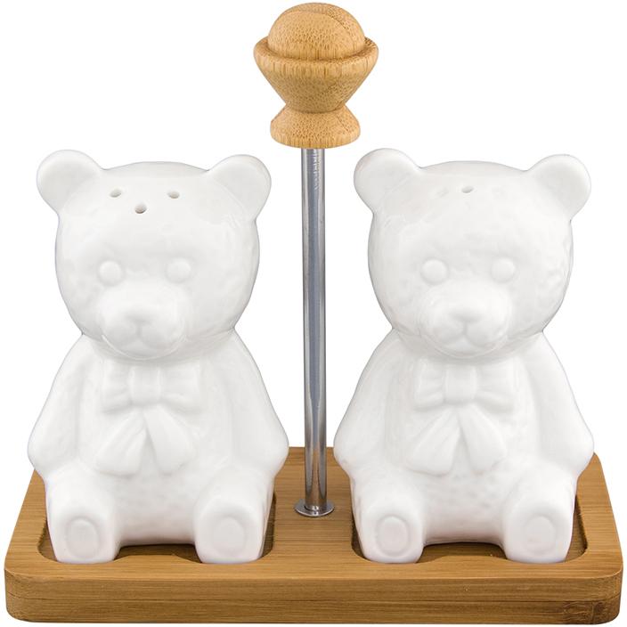 Набор для специй Elan Gallery Медвежата, на подставке, 3 предмета540141Набор для специй в виде мишек на деревянной подставке с металлической ручкой прекрасный пример высококачественной, удобной и лаконичной посуды для изящной сервировки стола. Медвежата выполнены из прочного белого фарфора, а подставка из бамбука. Наполнить Медвежат можно через отверстие в донышке, которое надежно закрывается пластиковой пробкой. Набор для специй Elan Gallery Медвежата несомненно впишется в любой интерьер благодаря лаконичному дизайну, натуральным материалам и высокой функциональности. Такому подарку будет рада любая хозяйка! Размер набора: 13,5 х 6,5 х 13 см. Объем: 70 мл.
