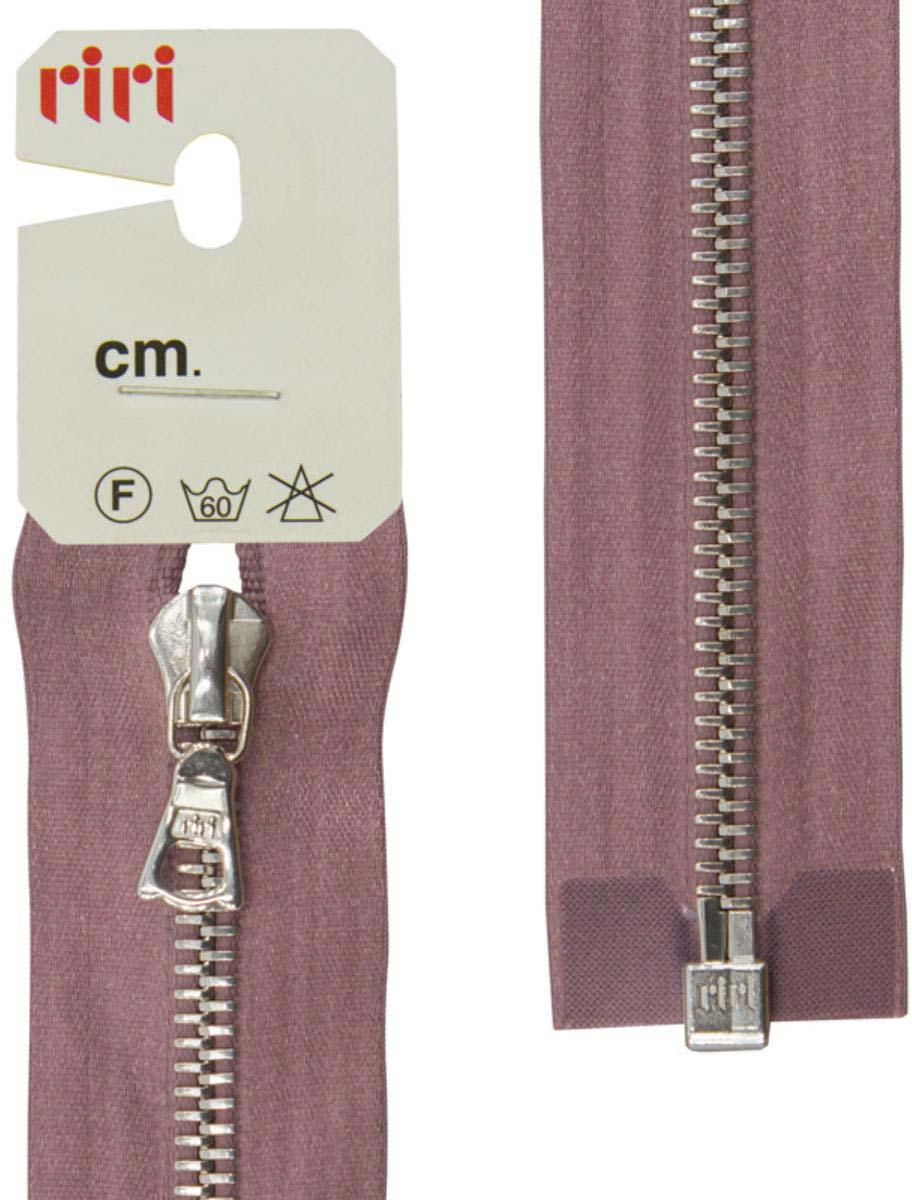 Застежка-молния Riri, Ni, разъемная, 1 замок, на атласной тесьме, цвет: серо-сиреневый (9419), ширина 6 мм, длина 60 см3551226/60/9419Функция слайдера - автофиксация. Отделка слайдера - тип FLASH, на обратной стороне выбит фирменный логотип riri Звено и бегунок имеют цвет серебристого никелированного покрытия, нанесенное гальванопокрытием. Бегунок RIRI представляет собой монотело, сопротивление разрыву замка и подвески на замке в 2 раза больше, чем на аналогичных изделиях других производителей! Процесс обработки зубцов для металлических молний RIRI гальванопокрытием предотвращают окисление зубцов. На каждой молнии с обратной стороны нанесен номер цвета и длина.