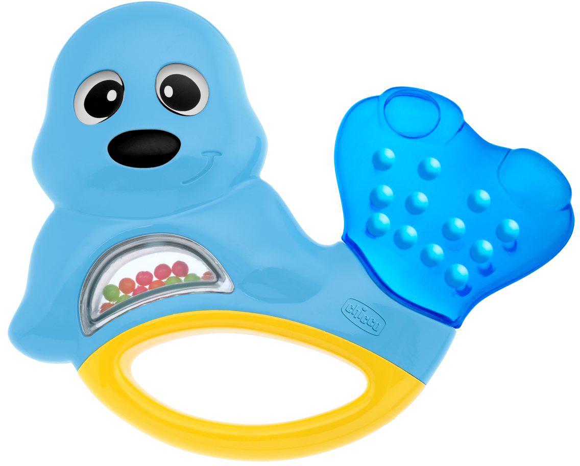 Chicco Игрушка-погремушка Морской котик00005955000000Яркая развивающая игрушка-погремушка Chicco Морской котик привлечет внимание вашего малыша и не позволит ему скучать. Она выполнена из безопасного пластика в виде забавного морского котика. Внутри игрушки под прозрачным окошком находятся маленькие разноцветные шарики, которые перекатываются и гремят при тряске. Хвостик, наполненный охлаждающей жидкостью, послужит малышу в качестве прорезывателя, который поможет снять неприятные ощущения при появлении зубов. В нижней части игрушки находится удобная ручка, за которую малыш сможет ее держать. Форма игрушки удобна для маленьких детских ручек. Ребенок сможет ее держать, трясти и перекладывать из одной ручки в другую. Игрушка-погремушка Chicco Морской котик поможет ребенку в развитии цветового и звукового восприятия, мелкой моторики рук, координации движений и тактильных ощущений. Рекомендуемый возраст: от 3 месяцев.