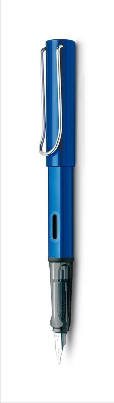 Lamy Ручка перьевая Al-Star синяя цвет корпуса синий толщина EF4000318Алюминиевая версия культовой модели Lamy Safari под названием Lamy Al-Star. Корпус и колпачок выполнены из анодированного алюминия. Эргономичный хват, позволяющий пальцам принять правильное положение при письме. Изготовлен из прозрачного пластика. Металлический клип на колпачке напоминает по форме канцелярскую скрепку. Окошко на корпусе позволяет контролировать расход чернил. Стальное черное заменяемое перо. Перьевая ручка используется с чернильными картриджами Lamy T10 или с конвертером Lamy Z28 для заправки чернилами из флакона Lamy T51 или Lamy T52. Комплектация: подарочная коробка, чернильный картридж синего цвета Lamy T10, инструкция. Дизайн: Вольфганг Фабиан. Награда за дизайн: iF Hannover. История бренда Lamy насчитывает более 80-ти лет, а его философия заключается в слогане Дизайн. Сделано в Германии. Компания получила более 100 самых престижных дизайнерских наград. Все пишущие инструменты LAMY производятся на фабрике в Гейдельберге (Германия).