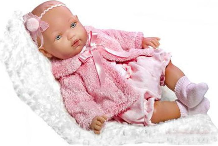 Vestida de Azul Кукла Марина-инфанта в зимнем наряде озвученнаяMAR-230366Малютка Марина не только выглядит, как настоящий младенец, но еще умеет плакать и произносить слова мама, папа, что придаст игре реалистичности. Очаровательный зимний наряд притягивает взгляды: костюмчик в розовых тонах и меховая пушистая шубка. С такой куклой вы всегда будете в центре внимания. Внешность кукла детально проработана: симпатичное детское личико, милые младенческие складочки, легкий румянец и пухлые щечки. С малышкой Мариной девочка научится быть заботливой, аккуратной и ответственной. Мягконабивное тело, подвижные голова, руки и ноги для увлекательной и реалистичной игры. Кукла изготовлена из высококачественного, приятного на ощупь бархатистого винила. Звук воспроизводится при нажатии. Высота куклы – 45 см.
