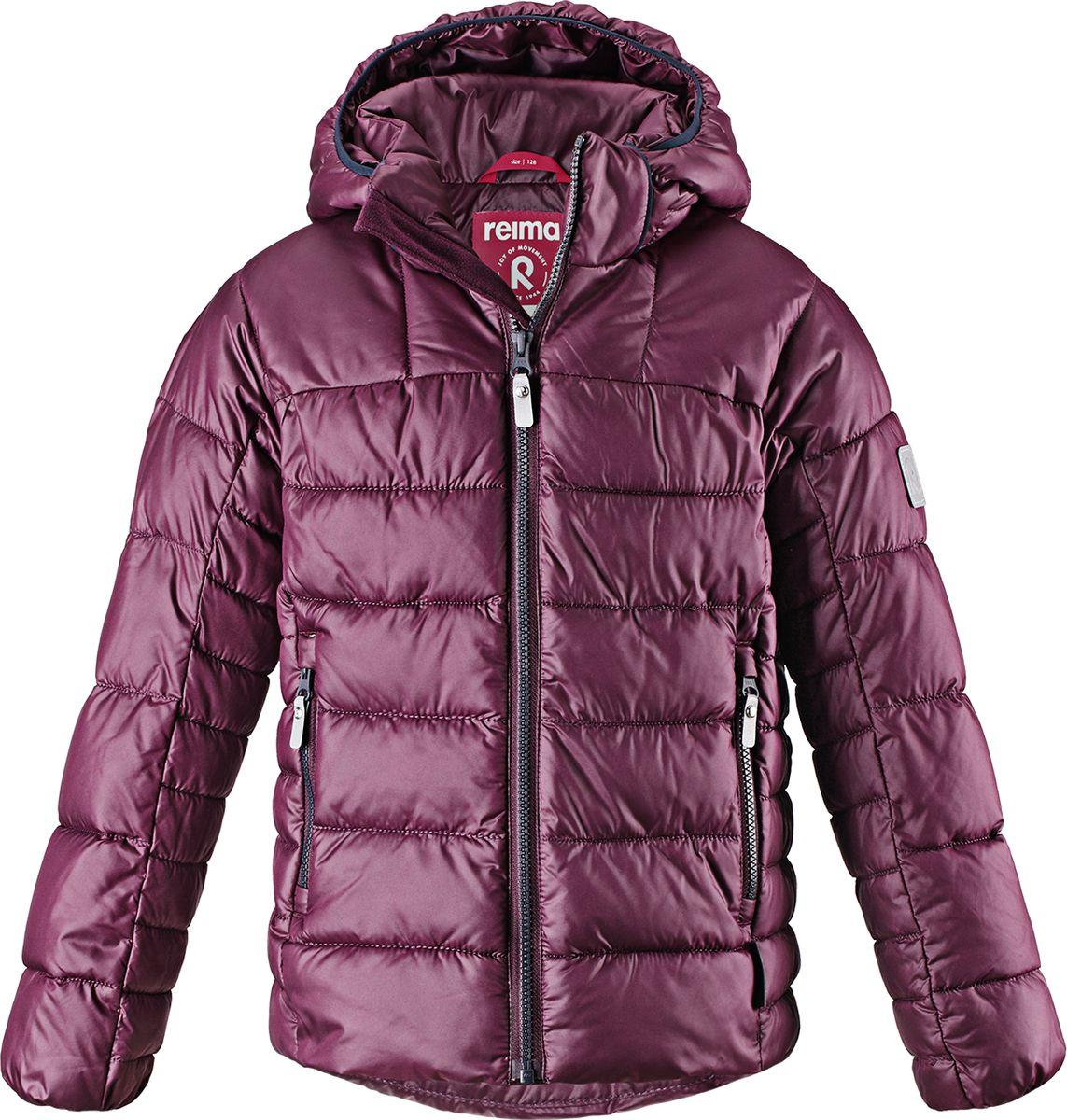 Куртка для мальчика Reima Petteri, цвет: фиолетовый. 5313434960. Размер 1585313434960Теплая и ветронепроницаемая зимняя куртка для детей и подростков. Куртку с гладкой подкладкой из полиэстера легко надевать и очень удобно носить. Куртка оснащена съемным капюшоном, что обеспечивает дополнительную безопасность во время активных прогулок – капюшон легко отстегивается, если случайно за что-нибудь зацепится. Два кармана на молнии для мобильного телефона и других ценных мелочей. Образ довершают практичные детали: длинная молния высокого качества и светоотражающие элементы.