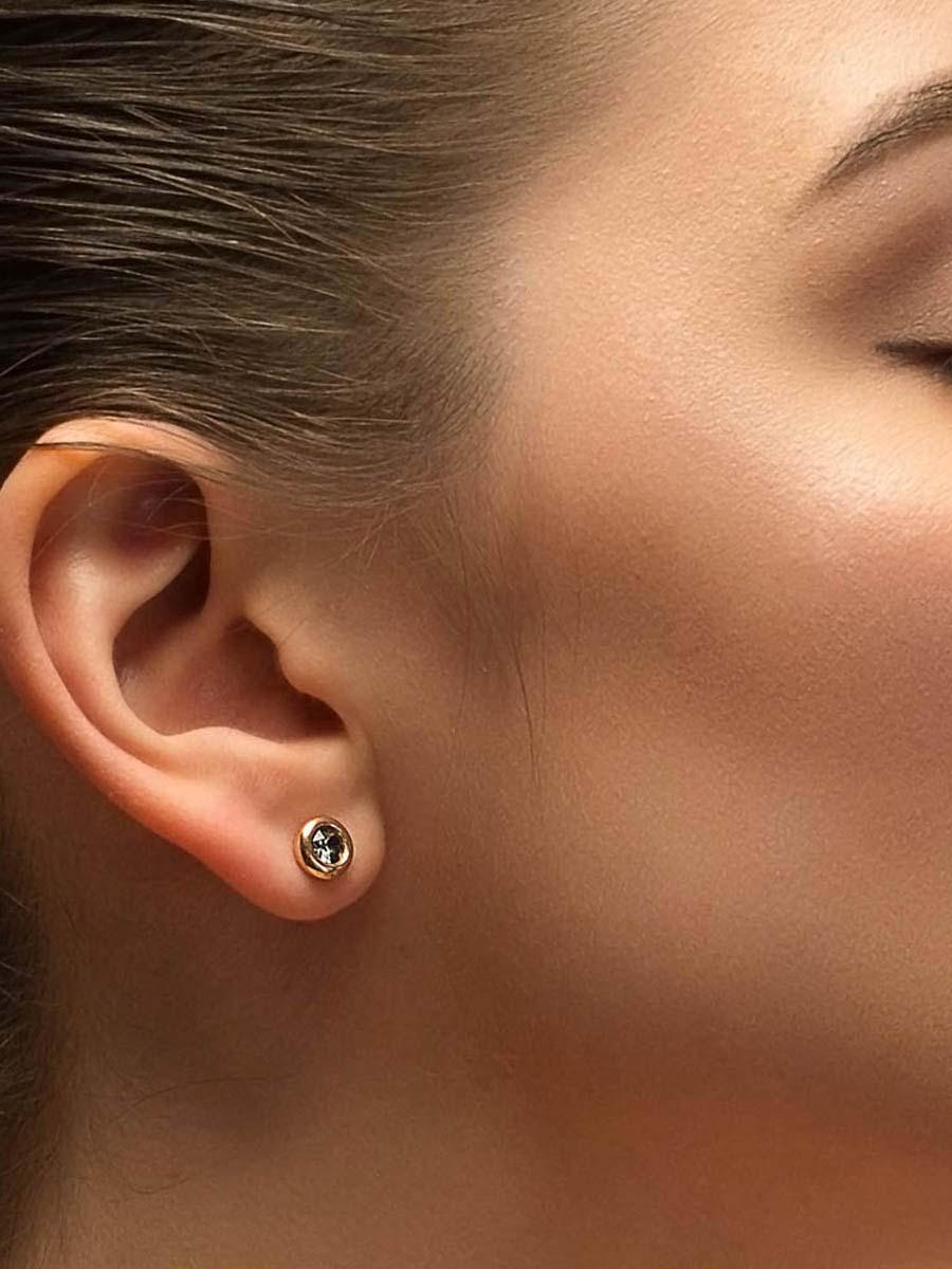 золотые серьги гвоздики фото в ушах того