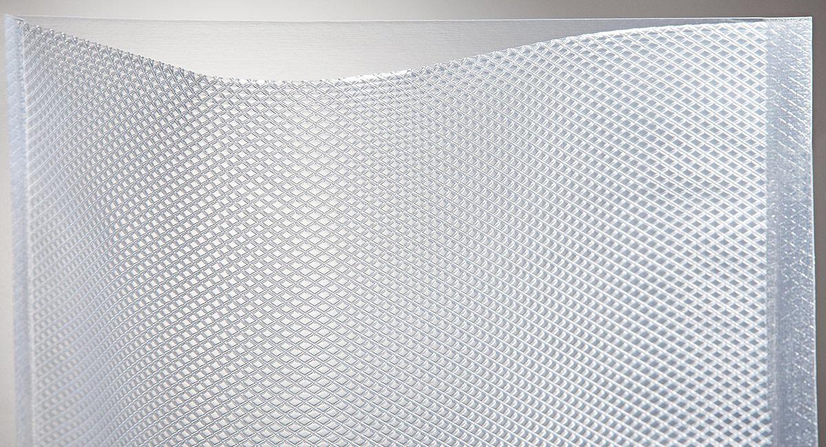 Пакет Combifresh, для вакуумного упаковщика, 20 x 30 см, 100 штcfg200300Тисненый (структурированный) вакуумный пакет из пленки ПА/ПЭ 100 мкм, предназначенный для вакуумной упаковки. Специальное тиснение позволяет добиться отличного вакуумирования, подходит для профессиональных и домашних упаковщиков. Применяются для долгосрочного хранения продуктов, их надежной транспортировки, а также для приготовления пищи и при мариновании Пригодны они и для приготовления пищевых продуктов в вакууме по технологии Sous vide, позволяющей максимально сохранить полезные свойства пищи при температуре готовки до 95°С. Пакеты обладают отличными барьерными свойствами и высоким сопротивлением механическому воздействию и подходят для упаковки любых продуктов питания • Состав пленки: ПА/ПЭ 20/70 (полиамид /полиэтилен) • Размер 200х300 мм • Упаковка 100 штук • Толщина 100 микрон температура до 95°С • Ламинация под давлением экструзионное ламинирование • Рифление позволяет бескамерной машине полностью откачать весь воздух из пакета • Сделано в ГЕРМАНИИ Рекомендуем!