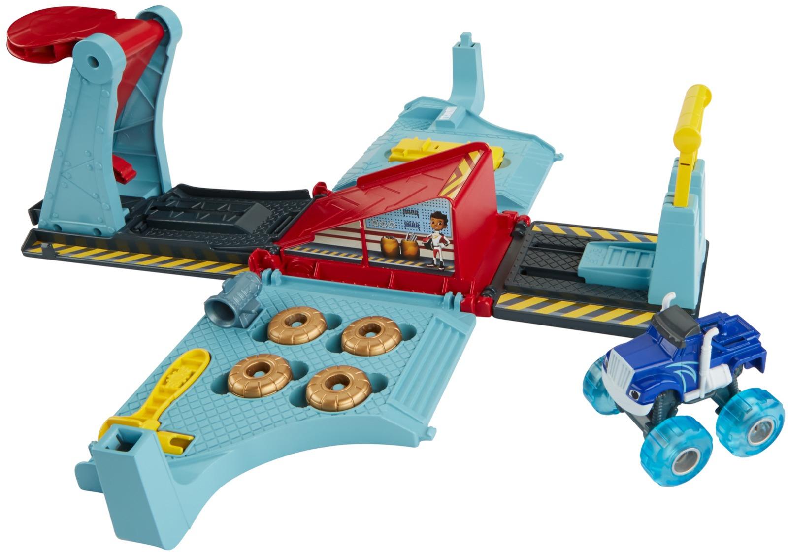Игровой набор Blaze and the Monster Machines Гараж в Аксель ситиFHV41Настало время помочь Вспышу и его друзьям чудо-машинкам в новом приключении. Представляем вам Ремонтный гараж! Величайший обманщик Аксель-Сити, Крушила, теперь в новом уникальном игровом наборе. После провала последнего коварного замысла Крушиле нужно снова прийти в форму и приготовиться к гонкам. Поместите Крушилу на подъемник, возьмите гаечный ключ и замените его шины на новые, из другого набора. С помощью пусковой установки, Крушила может перескакивать через панель, высоту и положение которой можно легко регулировать. После окончания тренировок игровой набор легко убирается в специальный ящик в форме гаража Аксель-Сити из мультсериала. В нем можно хранить все необходимые аксессуары, а сверху гаража отдыхает сам Крушила. Гараж оснащен специальной ручкой, позволяющей взять его с собой куда угодно. Ремонтный гараж содержит два комплекта шин, гаечный ключ и ракетный ускоритель, который можно установить на Крушилу для большей скорости. О продукте: Переносной игровой набор с ящиком для хранения. Гараж раскладывается в игровой набор. Включает специальную чудо-машинку Крушилу. Также содержит 2 сменных комплекта шин, гаечный ключ и ракетный двигатель. Открывайте для себя принципы траектории, меняйте колеса и добавляйте аксессуары из других наборов серии Tune-Up Tires. Каждый продается отдельно,