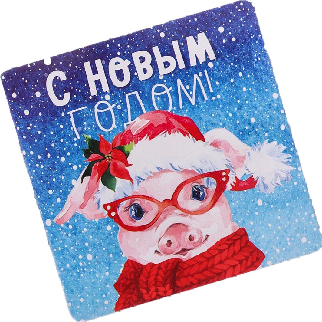 Магнит Зимнее волшебство С Новым Годом!, 8 х 8 см. 30990683099068Порадуйте родных и близких оригинальным сувениром: преподнесите в подарок магнит. С ним даже самый серьезный человек почувствует себя ребенком, ожидающим чудо! Прикрепите его к любой металлической поверхности, и он удержит на виду важные записки, любовные послания или просто список продуктов. Создайте праздничное настроение, и оно останется с вами на весь год.