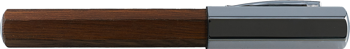 Ручка перьевая Faber-Castell Ondoro Smoaked Oak, EF, в подарочной коробке147582Перьевая ручка ONDORO SMOAKED OAK. Корпус ручки изготовлен из морёного дуба. Оригинальный шестигранный дизайн. Упругий клип и колпачок из хромированного шлифованного металла. В перьевой ручке можно использовать как картриджи так и поршневой механизм (включен в комплект). Перо ручки изготовлено из нержавеющей стали. Ручка пакована в уподарочную коробку.