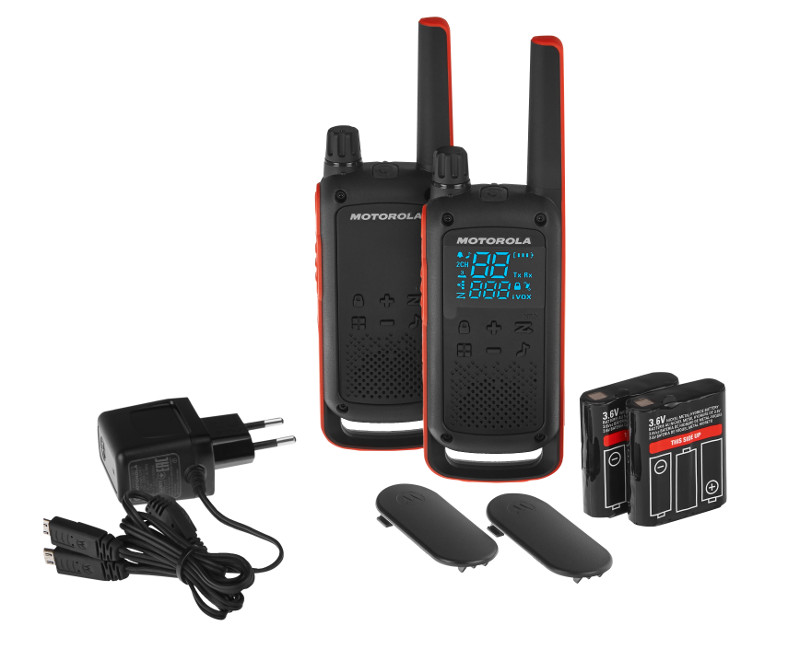 Комплект из двух радиостанций Motorola Talkabout T82, 446-446.1 МГц, 0.5 Вт, Ni-MH/AA-батареи, цвет:черныйMT201Портативные радиостанции Motorola Talkabout T82 – это новое поколение безлицензионных радиостанции PMR446. Матовое покрытие, эргономичная форма, брызгозащищенность, интуитивно понятное управление, быстрое сопряжение, скрытый дисплей, наличие аварийной кнопки – это лишь часть преимуществ, которыми обладают рации этой линейки. Особенности: 16 каналов* + 121 код; радиус действия до 10 км**; iVOX/VOX; функция удобного сопряжения; 20 выбираемых тональных сигналов вызова; сегментированный светодиодный дисплей; сигнал окончания передачи; разъем micro-USB для зарядки; монитор помещения; сканирование каналов; поиск по 2-м каналам; блокировка клавиатуры; автоматическое шумодавление; уведомление о низком заряде аккумулятора; вибросигнал; функция экстренной связи; класс IP-защиты: IPX2; источник питания: комплект никель-металл-гидридных аккумулятора/ 3 щелочных AA-батареи; время работы от аккумулятора: 16 часов (в стандартных условиях использования). * В России разрешено к использованию 8 каналов **Диапазон может изменяться в зависимости от окружающих и/или топографических условий.