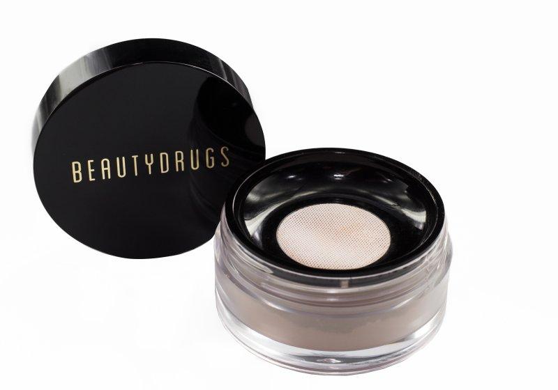 Пудра Beautydrugs Рассыпчатая Miracle Touch Loose Powder10139Miracle Touch Loose Powder HD придаёт коже естественное свечение, идеально выравнивает тон, снимает раздражение и предотвращает воспалительные процессы, а легкая текстура не забивает поры и позволяет коже дышать. Использование пудры, как завершающий этап в макияже, обеспечит безупречную фиксацию тона и невероятную стойкость!Благодаря эффекту фотошопа и содержанию сферических зеркальных частиц, рассыпчатая пудра HD превосходно скрывает видимость морщин и других несовершенств, а также регулирует светоотражение и оптически маскирует все мелкие неровности, оставляя вашу кожу гладкой и ровной.Экстра-стойкий, невосприимчивый к прикосновениям состав, выдержит даже продолжительные съёмки при свете софитов, а также обеспечит идеальный тон вашей кожи в любых погодных условиях.Отсутствие характерного пигмента делает Loose Powder HD универсальным декоративным средством в косметичке каждой девушки.