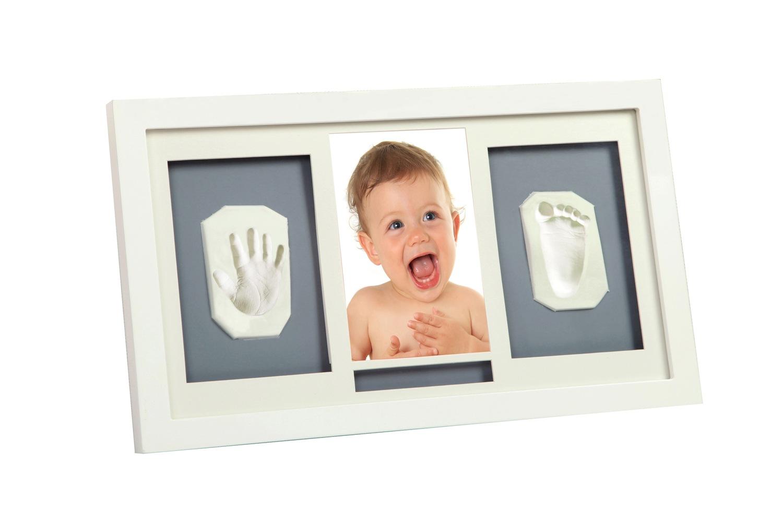 Рамка для слепков Делюкс,белаяNP 018Крохотные отпечатки ножки и ручки малыша, а также его фото, помещенные в рамочку, вызывают ни с чем не сравнимое чувство умиления при только взгляде на этот чудесный сувенир. Наверное, похожее чувство мама испытывает, когда дотрагивается до маленьких и нежных пальчиков своего малыша. Сделать отпечаток очень просто: 1. Нужно размять материал в руках и хорошенько раскатать 2. Прижать его к ступне или ладошке малыша, чтобы остался отчетливый след 3. Вырезать необходимую форму и поставить сохнуть 4. По центру расположите фотографию вашего малыша, а по бокам - отпечаток его маленькой ручки и ножки. Чем старше будет становиться ребенок, тем более игрушечным будет выглядеть этот отпечаток. В комплект входит подробная инструкция. Размер рамки - 23,5 x 40 см. Цвет фона - серый. Вес: 1165 г