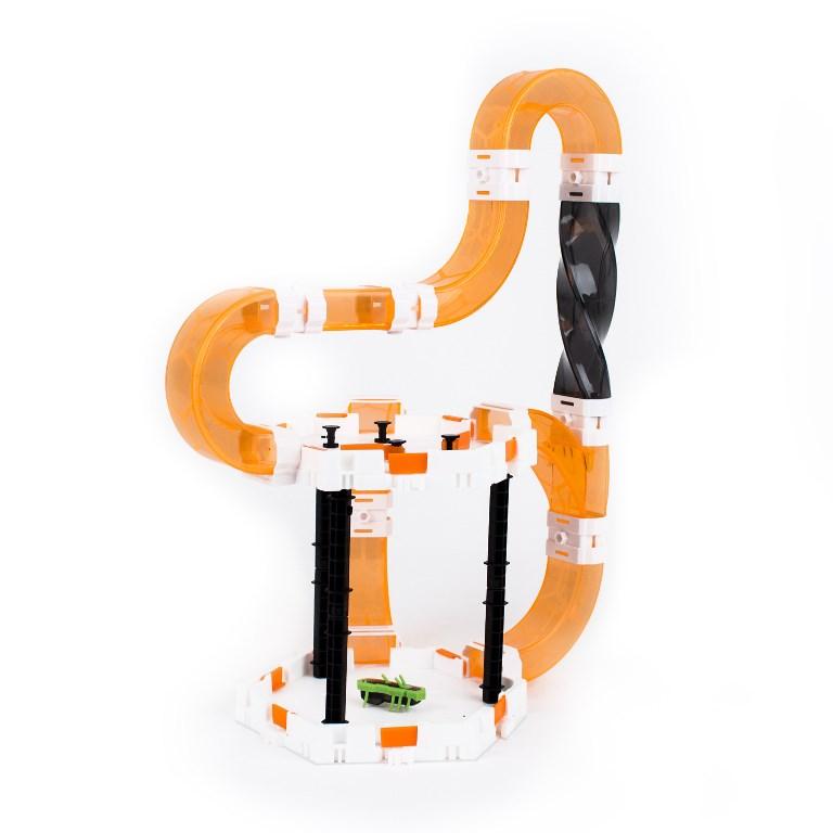 Трек Нано V2 Бочка477-4438Трек НАНО V2 «Бочка» - уникальная многоуровневая система тоннелей, расположенных в разных плоскостях. Жучки НАНО V2 без проблем двигаются вертикально и горизонтально, преодолевает виражи и вертикальные трубы, переворачиваются на ножки при падении на спину. И все это благодаря конструктивным особенностям: наличию на спине жучка трех рожек. Жучки НАНО V2 – это новое поколение микророботов HEXBUG, движения которых неподвластны законам гравитации. 1 жучок НАНО V2 включен в набор Количество деталей: 33 элемента 1 батарейка LR44 входит в комплект (для микроробота) Совместим с любым другим набором НАНО V2 Контролируйте направление движения при помощи флажков и цилиндрических столбиков, закрепленных на прямых площадках.