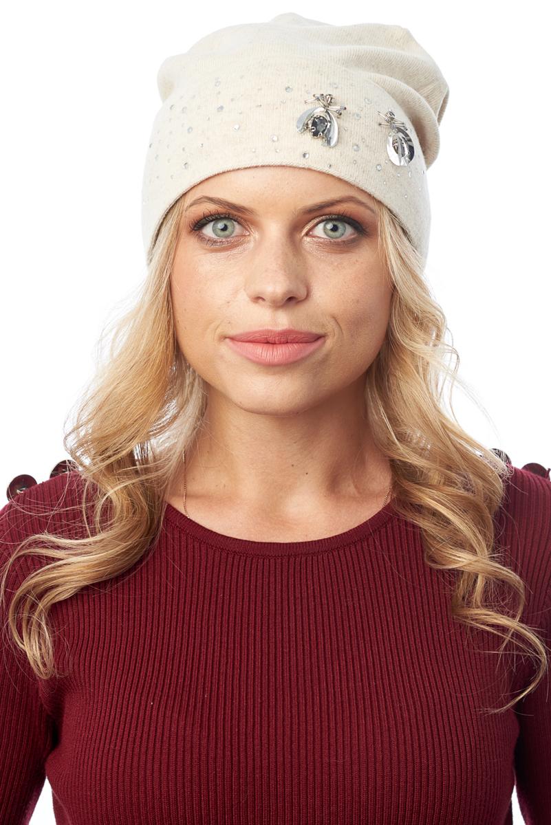 Шапка женская Nuages, цвет: светло-бежевый. NH-867/08. Размер 52/56NH-867/08Элегантная женская шапка. Мелкая вязка. Трикотажная подкладка (двойная вывязка) с отворотом. Декорирована бусинами и стразами. Прекрасно дополнит ваш образ с шубой или пальто.