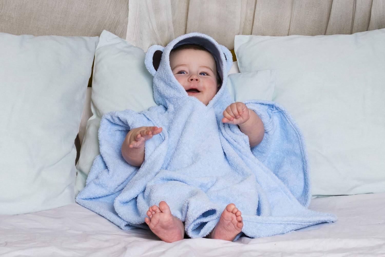 Полотенце детское BabyBunny Полотенце пончо - Мишка, голубое, голубой7P12BДля серьезных джентльменов созданы эти сдержанные, но невероятно милые полотенца-пончо с медвежьими ушками. Юные мужчины по достоинству оценят удобство этого полезного аксессуара, а у мамы будет возможность полюбоваться на милую элегантность своего малыша. Пончо большого размера рассчитано для деток постарше, от 2-3 лет.Материал: 100% хлопок, за исключением элементов декора. Цвет: Голубой. Декоративные элементы: Ушки. Размер: 135х76см+ капюшон. Возраст: до 12 лет.