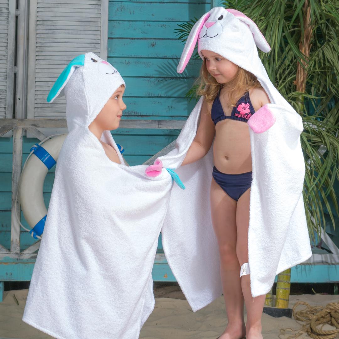 Полотенце с капюшоном BabyBunny - Зайчик с бирюзовыми ушками7A22WTМилый и нежный зайчик из хлопковой махры повышенной плотности обязательно порадуют вашего малыша дома, на пляже или в бассейне. Удобный капюшон, кармашки-варежки, нежная бархатистая мордочка и лапки. Материал: 100% хлопок, за исключением элементов декора. Цвет: Бирюзовые ушки. Декоративные элементы: Мордочка. Размер: 125х65 см+ капюшон. Возраст: до 7 лет.