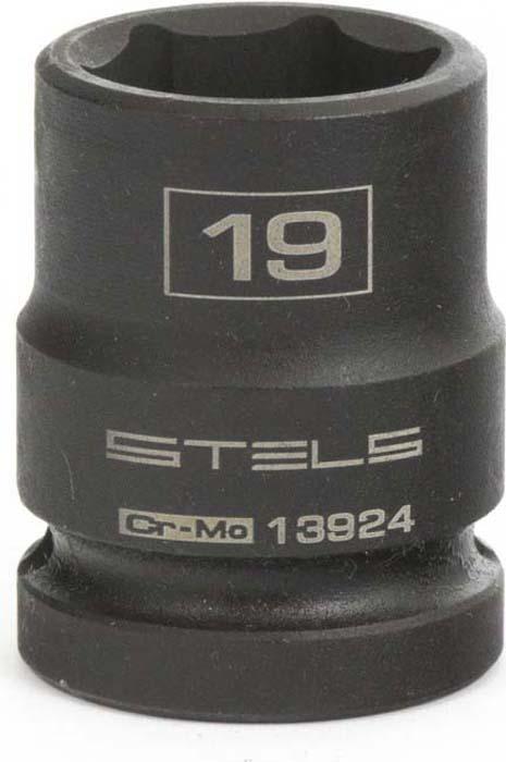 Головка ударная Stels, шестигранная, 19 мм, 1/2, CrMo13924Применяется для монтажа/демонтажа крепежных элементов с помощью гайковерта.Изделия имеют шестигранный рабочий профиль.Используется в автомастерских, слесарных мастерских, в строительстве.Материал - сталь CrMo.Твердость - 44-48 HRC.Покрытие - фосфатирование.