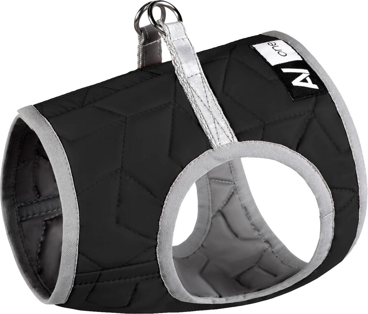 Шлейка для собак AiryVest One, цвет: черный. Размер S129411Шлея AiryVest One - мягкая шлея для выгула собак. Стильная и удобная шлея AiryVest One идеально подходит для мелких пород собак. Преимущества: - Мягкая и легкая, но при этом надежная и эргономичная шлея не сковывает движения животного, обеспечивает равномерную нагрузку при рывке. - Инновационная липучка, выполняющая роль застежки, не цепляется за собачью шерсть! Это делает процессы одевания/раздевания и носки абсолютно безболезненными для животного. - Светоотражающие элементы на спине обеспечивают безопасность собаки в темное время суток.
