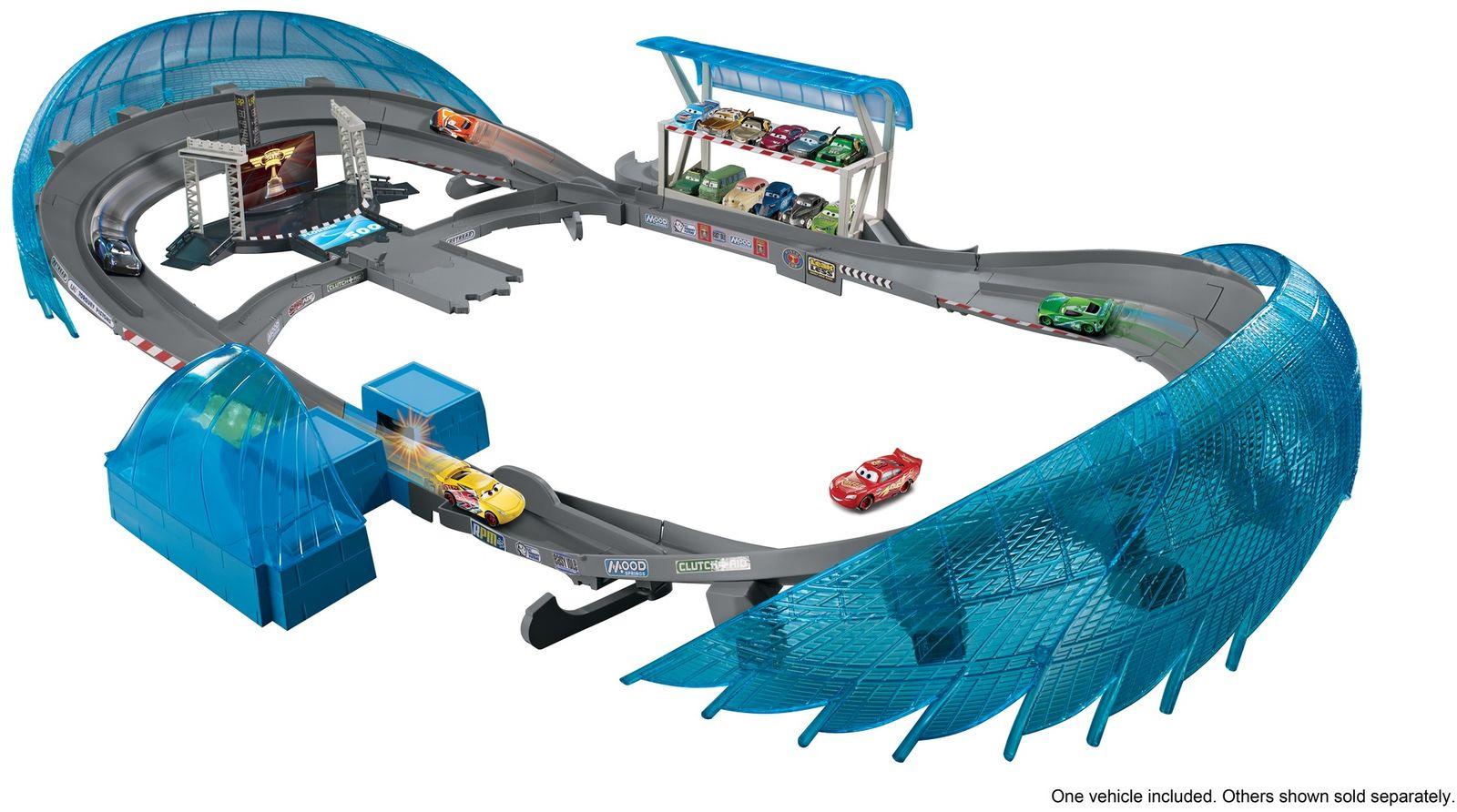 Cars Игрушечный трек Невообразимая трасса ФлоридаFCW02Приготовься к захватывающей гонке с набором Cars Невообразимая трасса Флорида из серии Disney•Pixar Тачки 3! Впечатляющий полутораметровый набор наполнен деталями, вдохновленными мультфильмом! На трассе есть ускоритель, тематические игровые зоны, возвышенности для набора дополнительной скорости, а также машинка Молния Маккуин. Ускоритель отправляет машинки нестись по трассе с невероятной скоростью. Так как каждый чемпион стремится проехать по внутреннему краю трассы, используй разделитель, чтобы машинки менялись полосами! Другие участники на трибунах приветствуют гонщиков, храбро несущихся по серпантину! Появление флага возвещает победный круг! Этот наполненный деталями трек для машинок приведет в восторг любого маленького автолюбителя и позволит ему устроить головокружительные гонки с любимыми героями у себя дома. Рекомендуем!