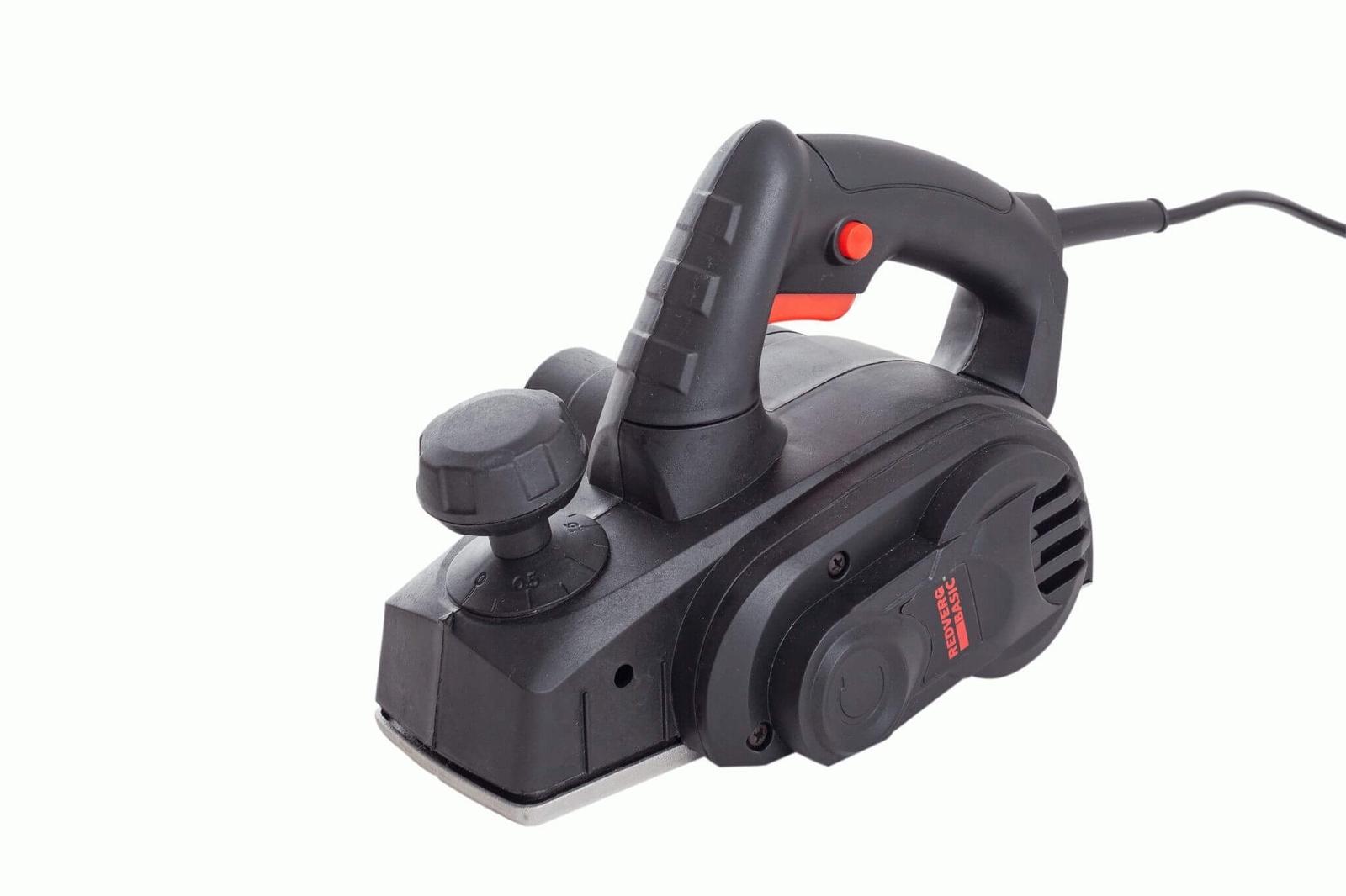 Электрорубанок RedVerg Рубанок электрический BasicP650-82Электрический рубанок RedVerg Basic P650-82 предназначен для интенсивного, но не каждодневного использования. С его помощью проводят работы по строганию, обработке краем и фальцеванию древесины. Все детали инструмента расположены на широкоподшипниках, что обеспечивает дополнительную надежность проведения работ. Ширина строгания составляет 82 мм, а глубина – от 0 до 2 мм. Модель имеет возможность подключения к пылесосы для поддержания рабочего места в чистоте. Важные технические характеристики: медная обмотка редуктора – позволяет избежать короткого замыкания, продлевая срок эксплуатации инструмента двухсторонние твердосплавные ножи – располагаются в литом алюминиевом барабане и обеспечивают максимально качественный результат работы надежная конструкция – дает возможность проводить работы в течении длительного времени. Мощность(Вт): 650 Ширина ножа: 82 Макс. толщина среза: 2 Регулировка глубины строгания: есть Возможность подключения к пылесосу: есть Макс. обороты: 16000