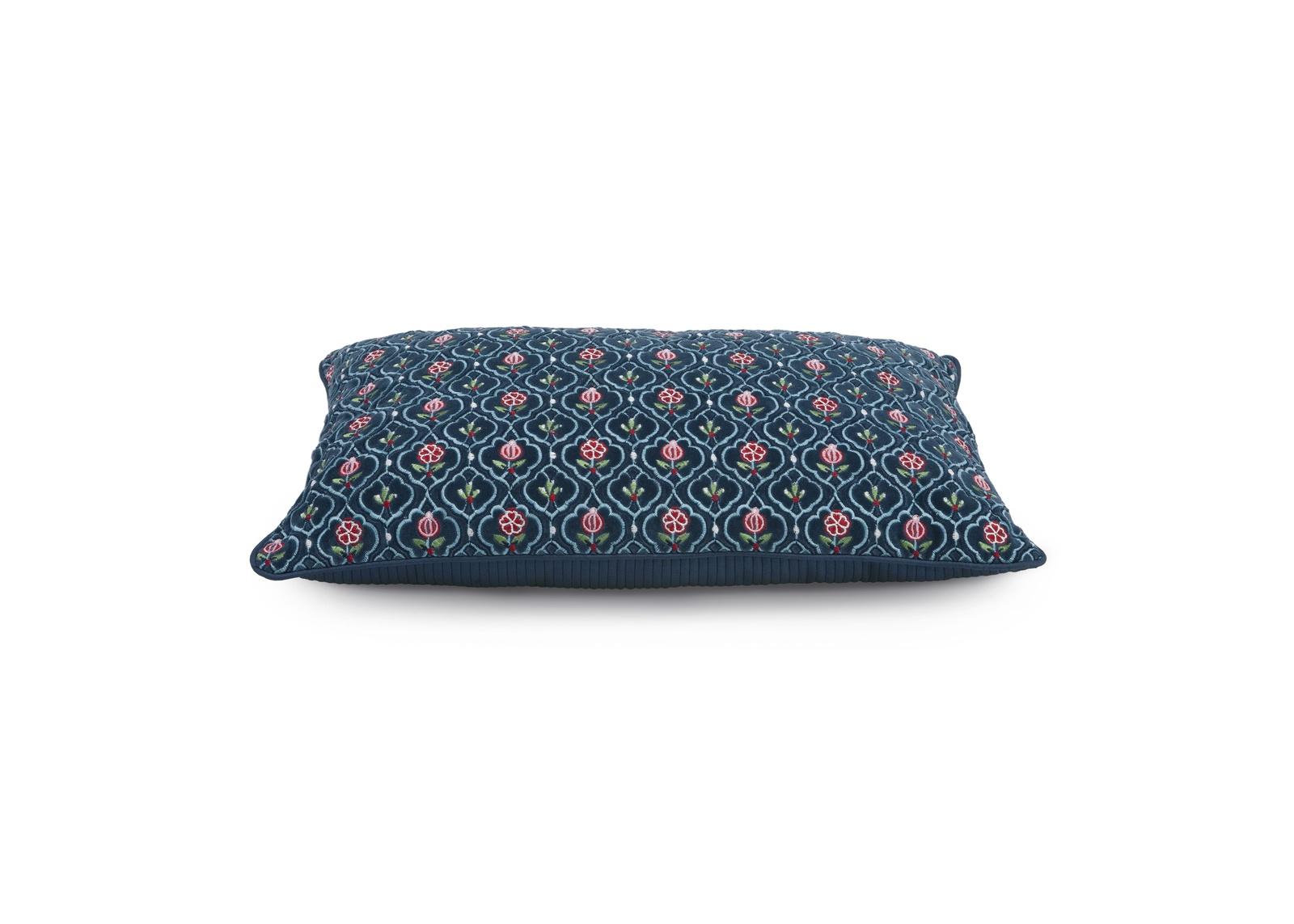 Подушка Pip Studio Indian Flower Blue, 30x50см51.040.306- Материал: 50% вельвет, 50% полиэстер. Наполнитель - 100% полиэстер. Цвет: Мультиколор. Размер: длина 30, ширина 50. Декоративные подушки от Pip studio расставят яркие акценты в дизайне Вашей гостинной или спальни